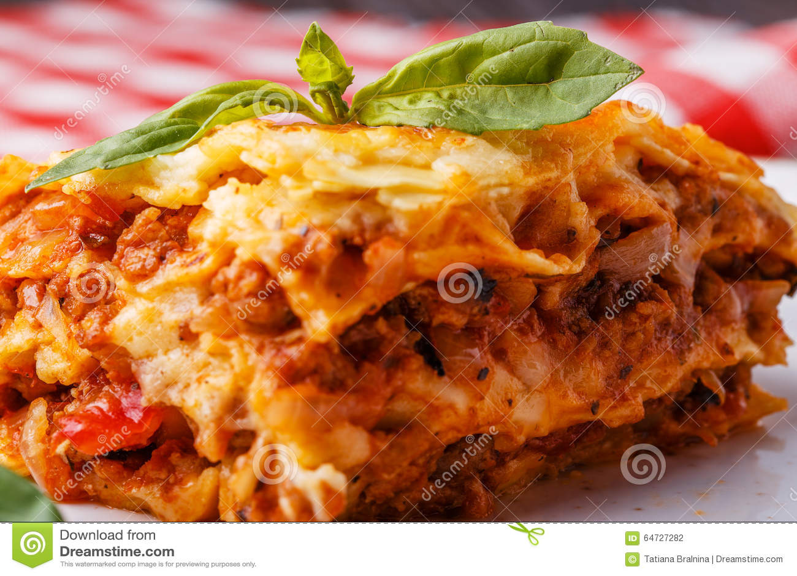 Le lasagne al forno tradizionali fatte con il manzo tritato bolognese sauce