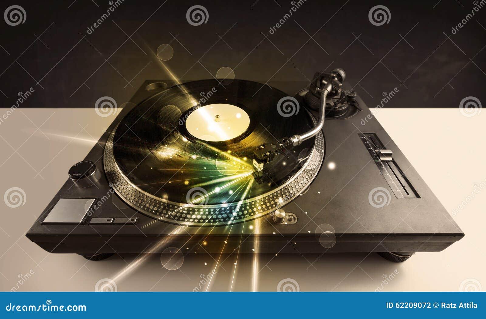 le lecteur de musique jouant le vinyle avec la lueur raye. Black Bedroom Furniture Sets. Home Design Ideas