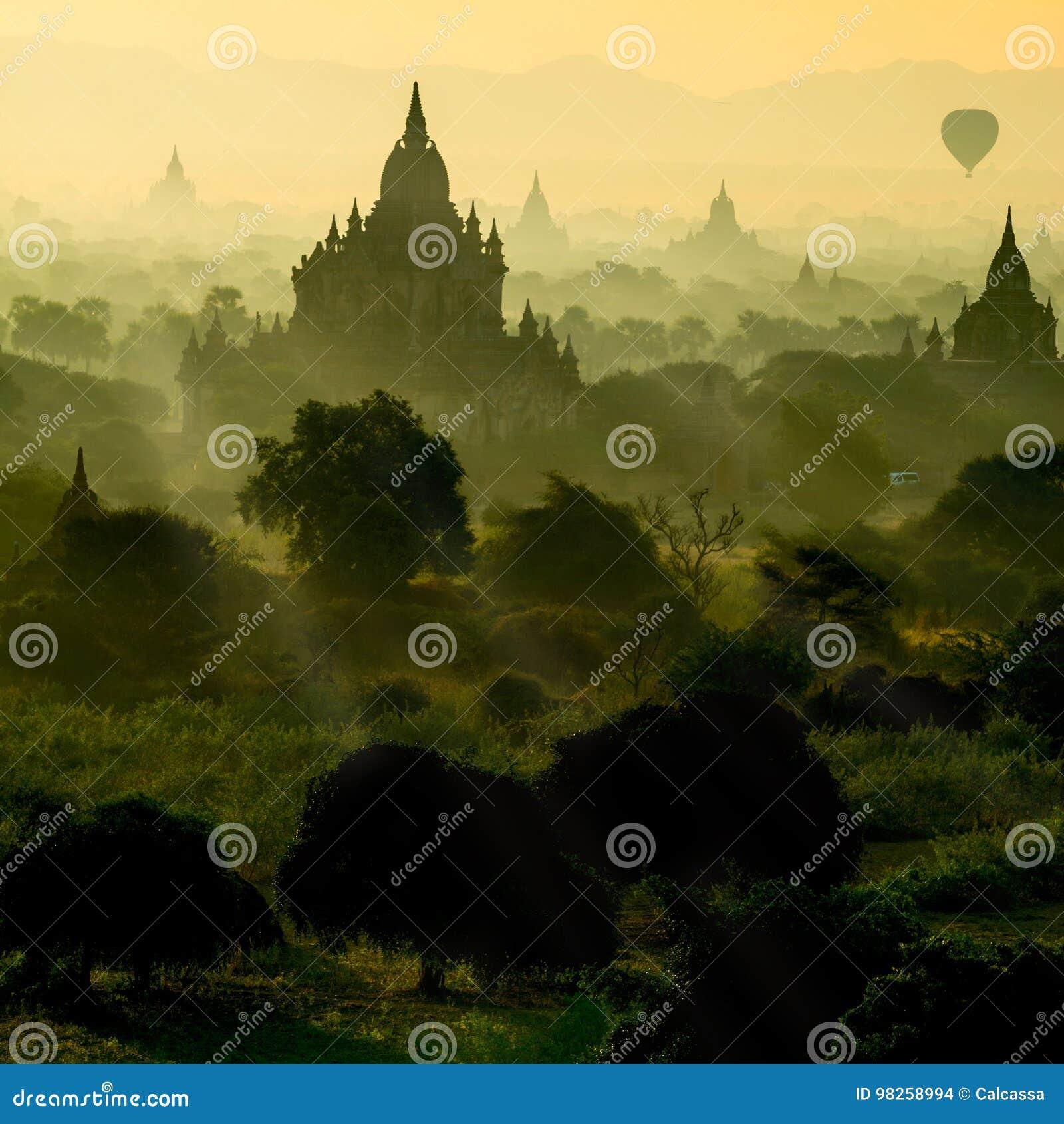 Le lever de soleil scénique avec la silhouette monte en ballon la pagoda ci-dessus de ruine dans Bagan, Myanmar