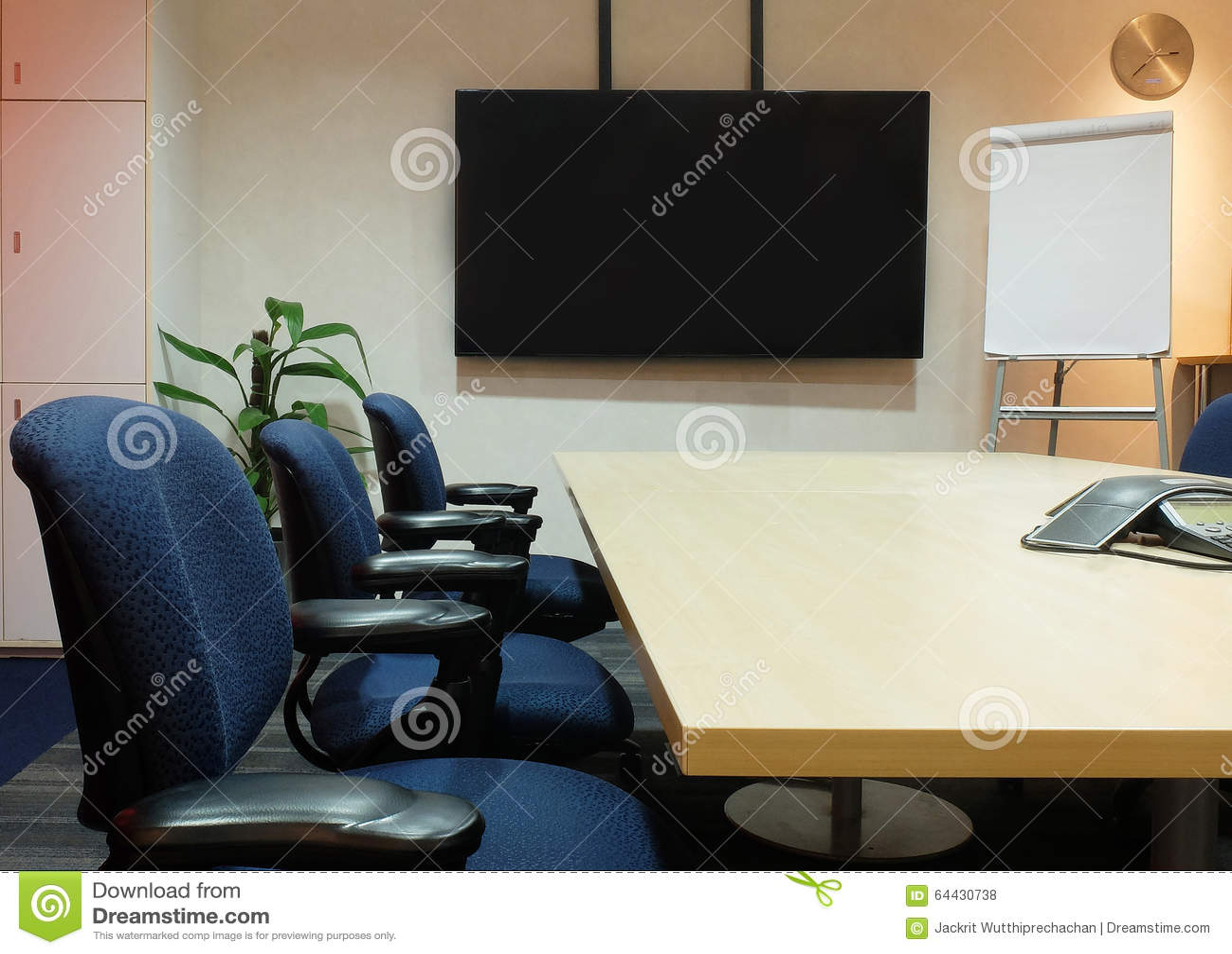 Le lieu de réunion vide avec les meubles de bureau utilisés