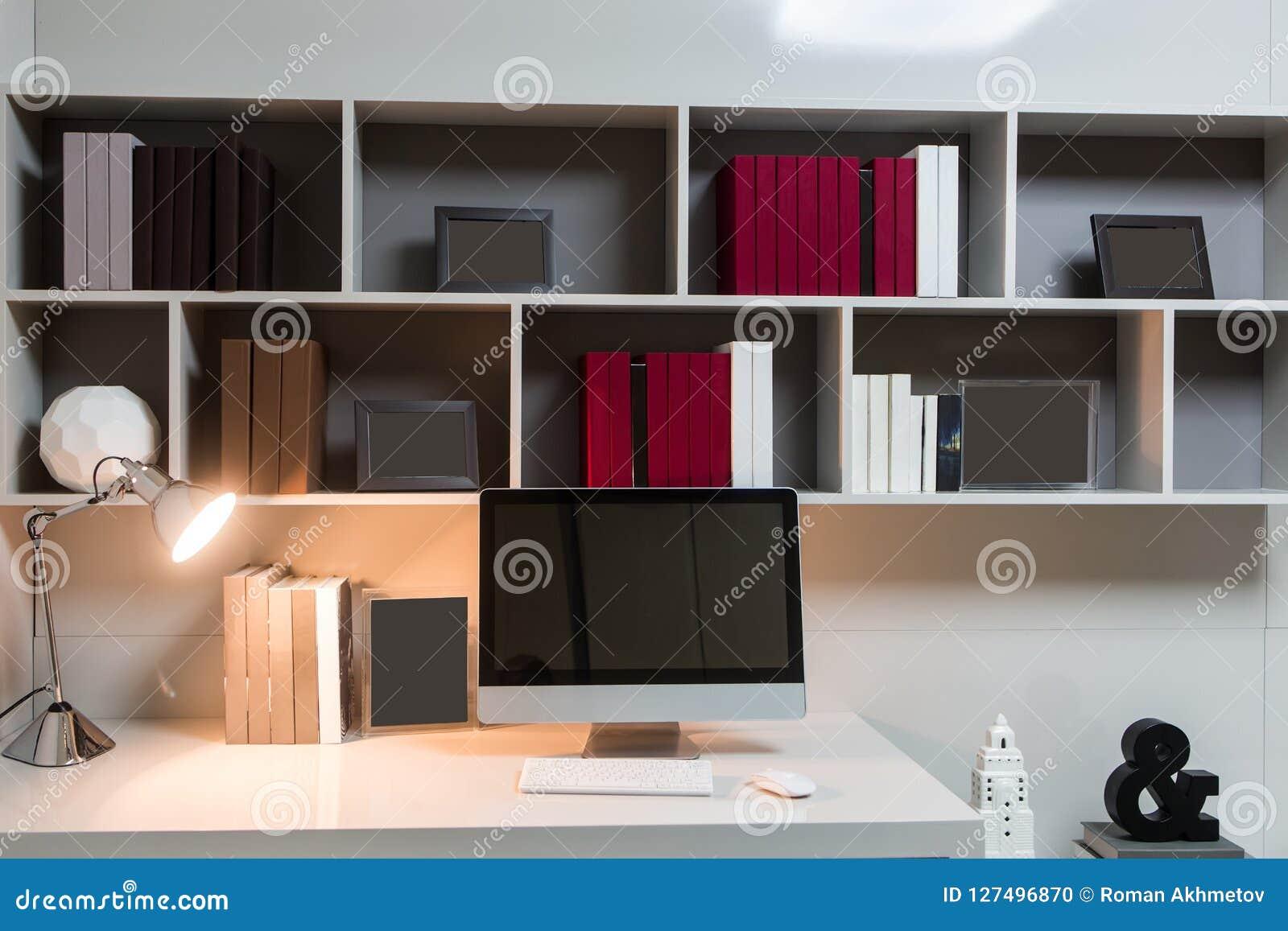 Le lieu de travail fait maison un ordinateur se tient sur une
