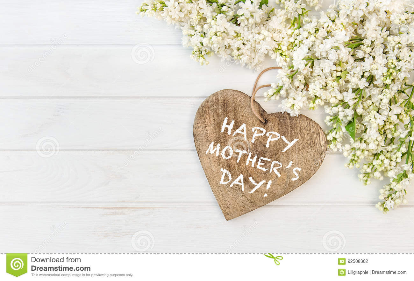 Le lilas blanc fleurit le jour de mères en bois de coeur