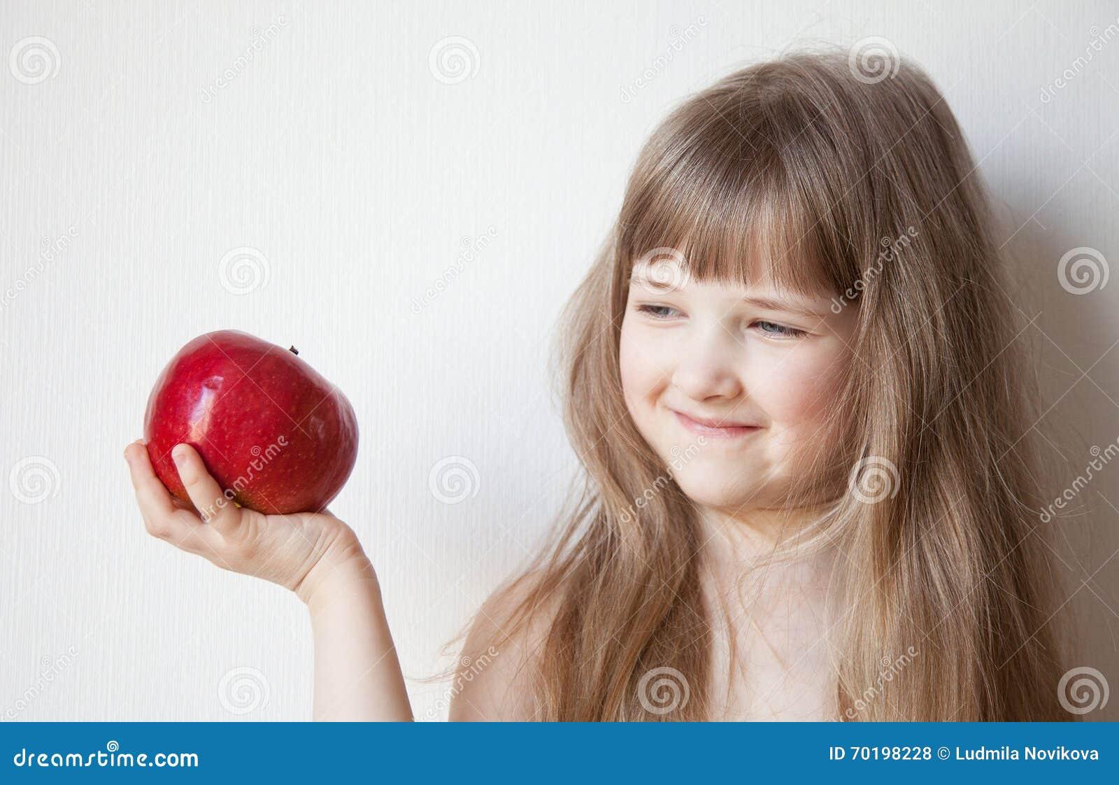 Le lilla flickan som rymmer ett äpple