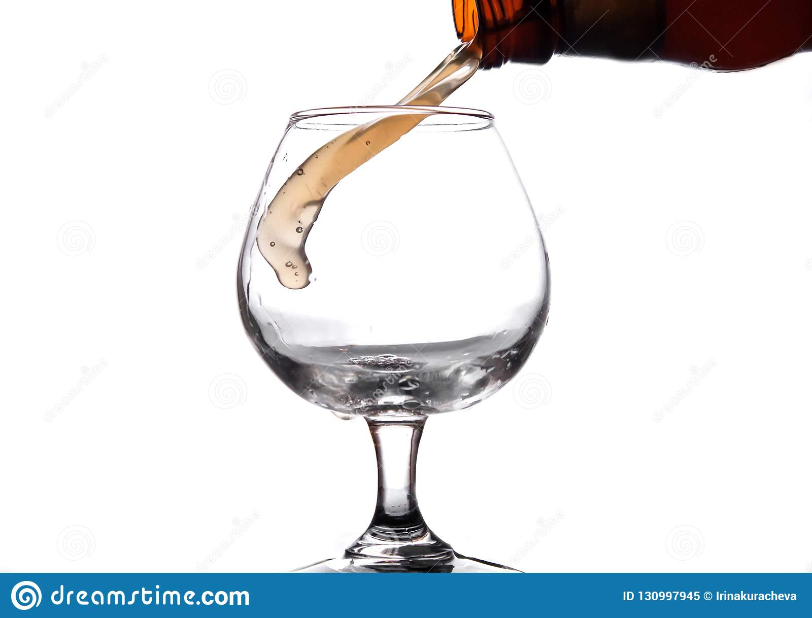 Le liquide est versé dans un verre et un pulvérisateur