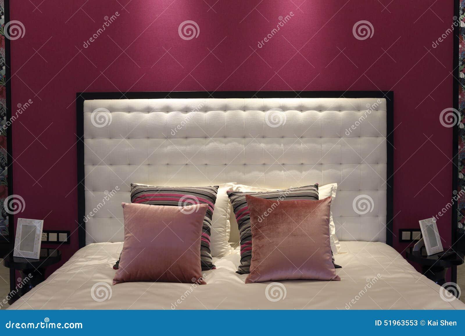 le lit du papier peint blanc et rose dans la chambre à coucher de ... - Chambre A Coucher Avec Papier Peint