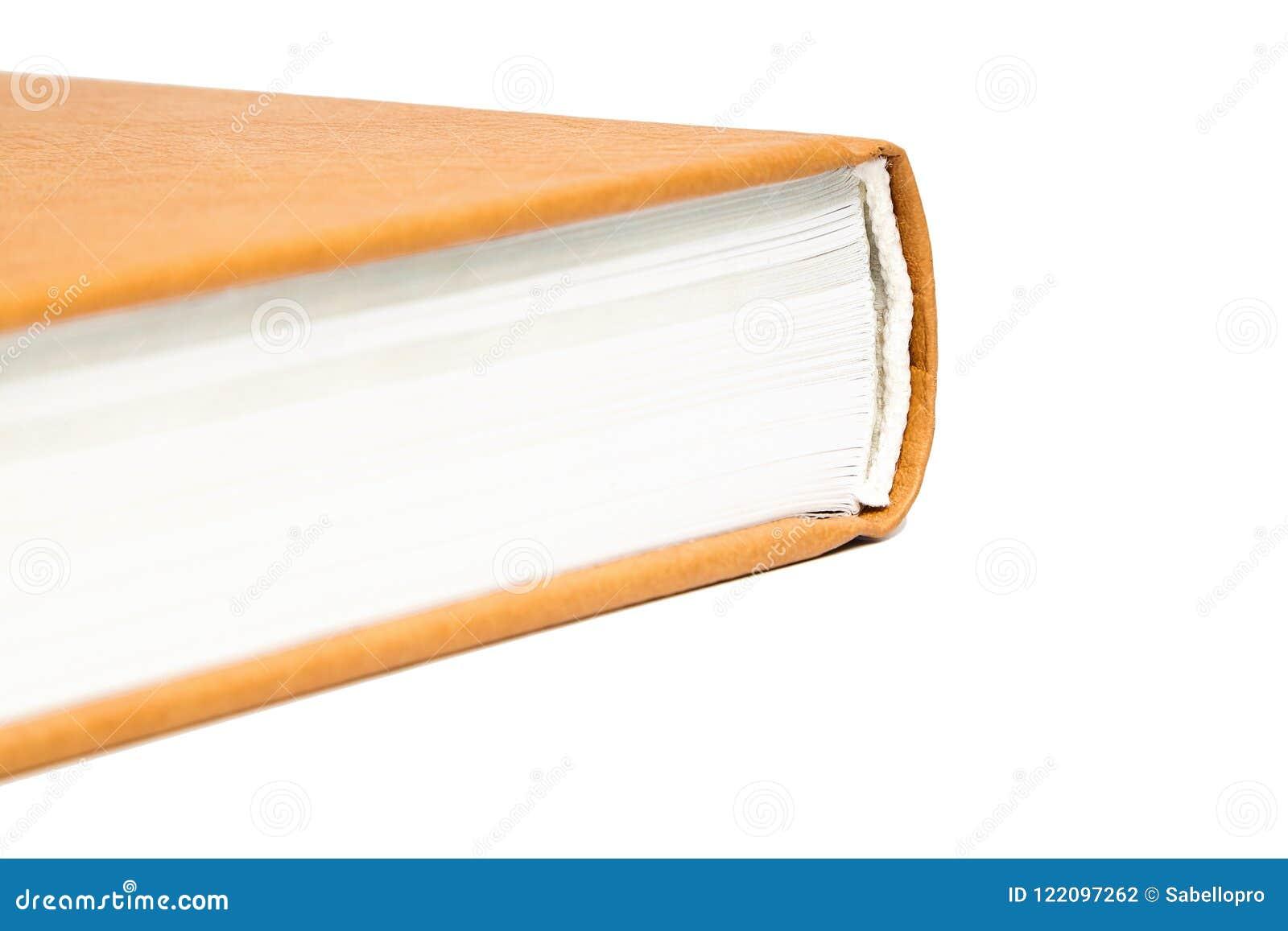 Le livre est dans une couverture en cuir dure brune lumineuse
