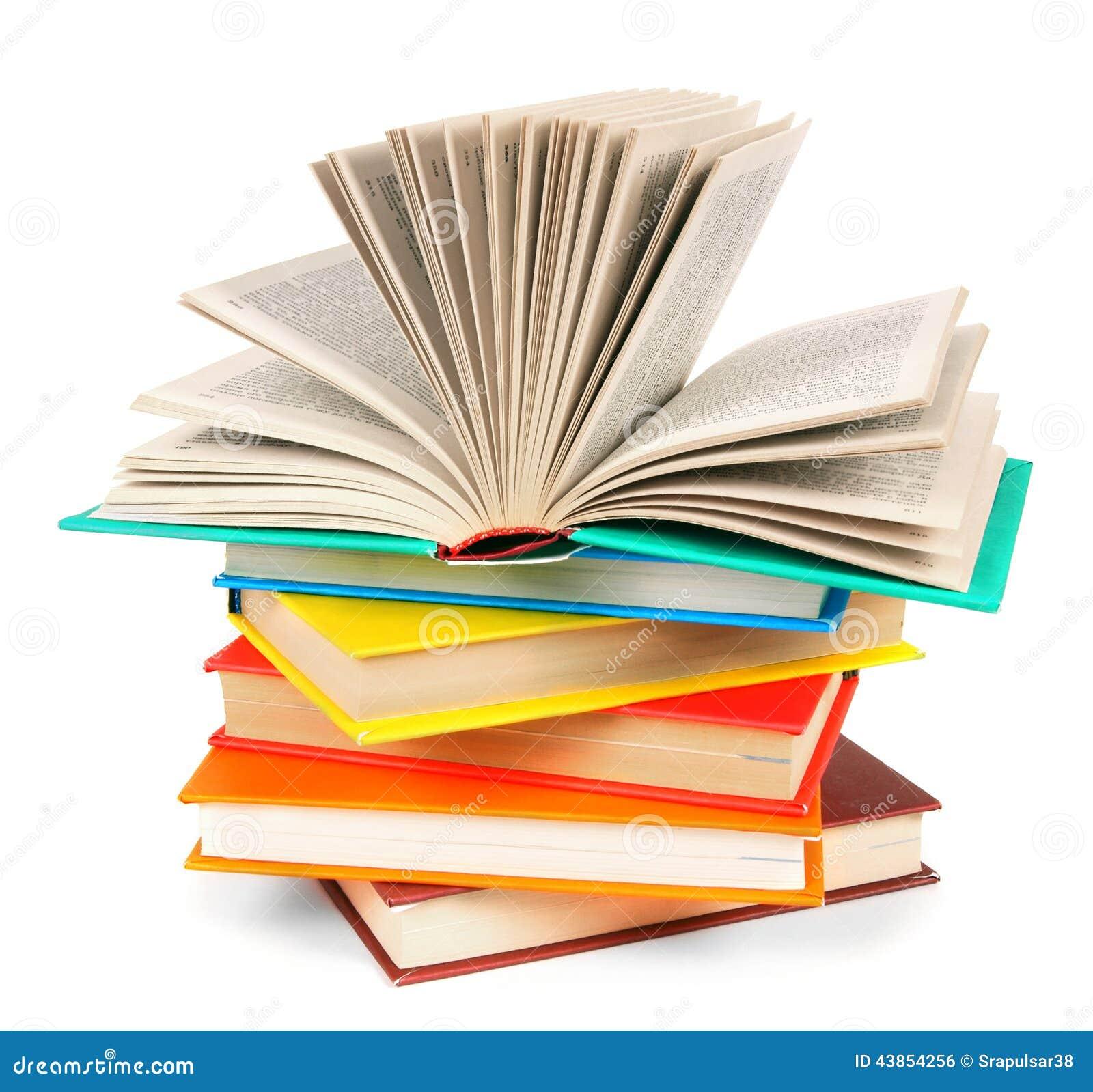 Le livre ouvert sur une pile des livres multicolores photo for Le livre de