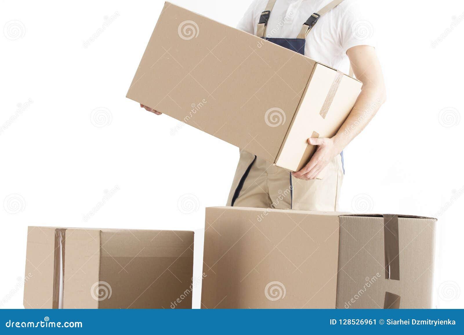 Le livreur met la boîte en carton Concept de service de relocalisation Chargeur avec la boîte Moteur dans l uniforme