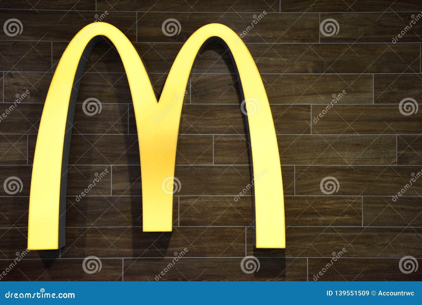 Le logo d entreprise iconique célèbre de voûtes d or de mcdonald