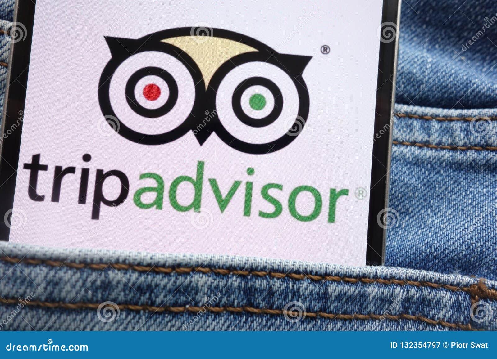 Le logo de Tripadvisor montré sur le smartphone caché dans des jeans empochent