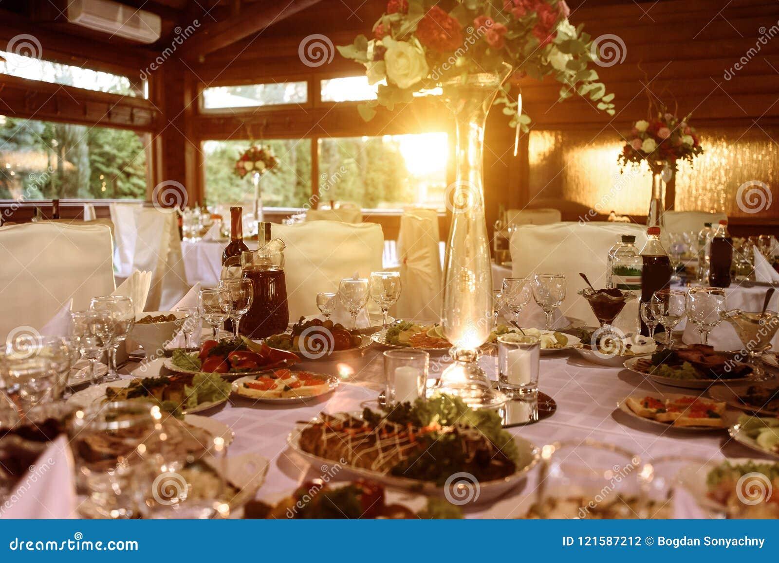 Le luxe étonnant a décoré des tables pour la réception de mariage, restauration