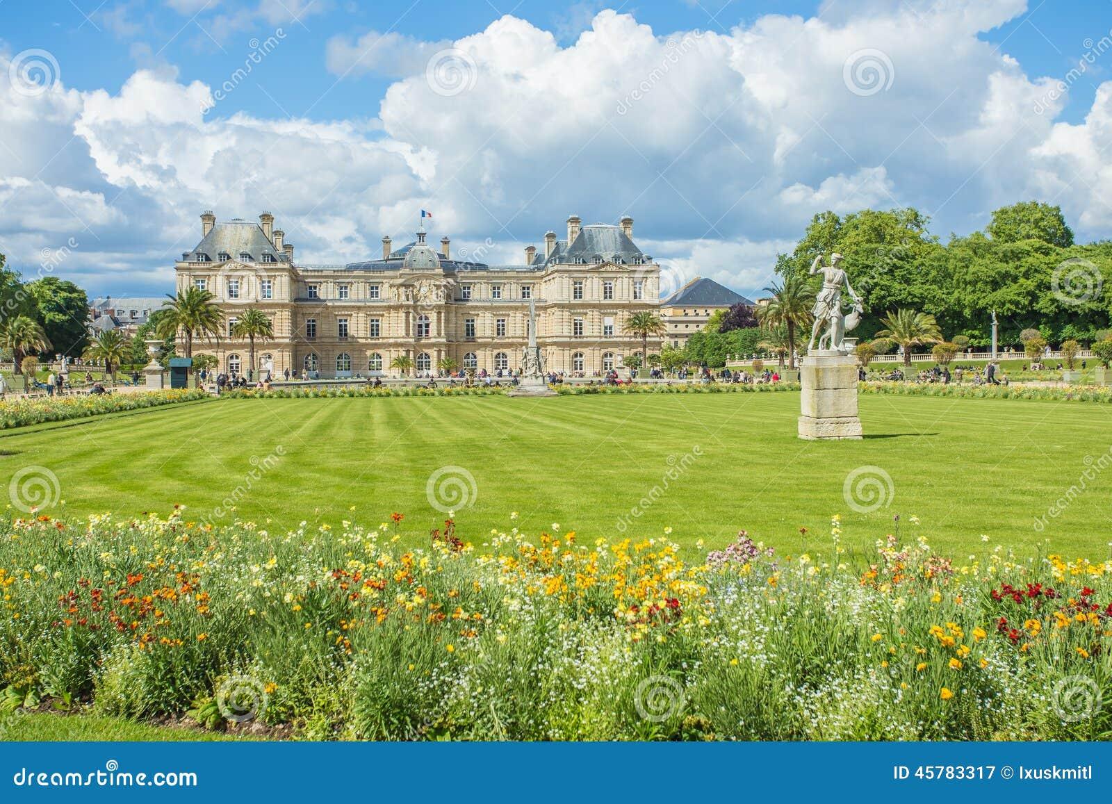 Le Luxembourg font du jardinage (Jardin du Luxembourg) à Paris, France