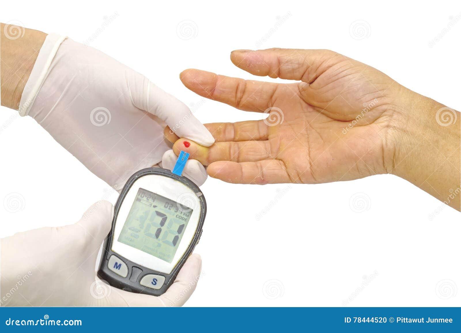 Le mètre de glucose sanguin, la valeur de sucre de sang est mesuré sur un doigt par le docteur féminin dans les gants médicaux bl