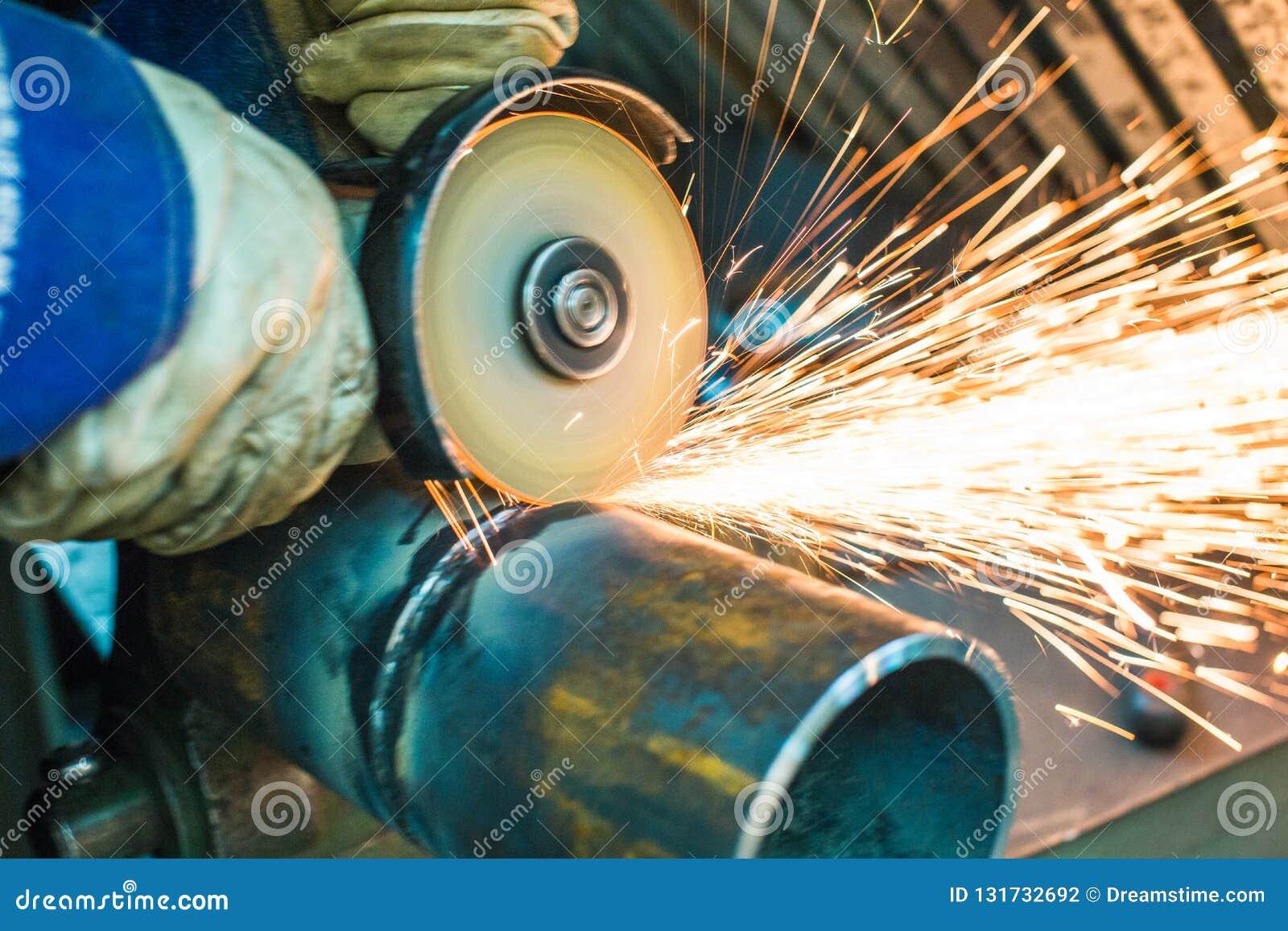 Le mécanicien nettoie une couture soudée sur une section d un pépin en acier