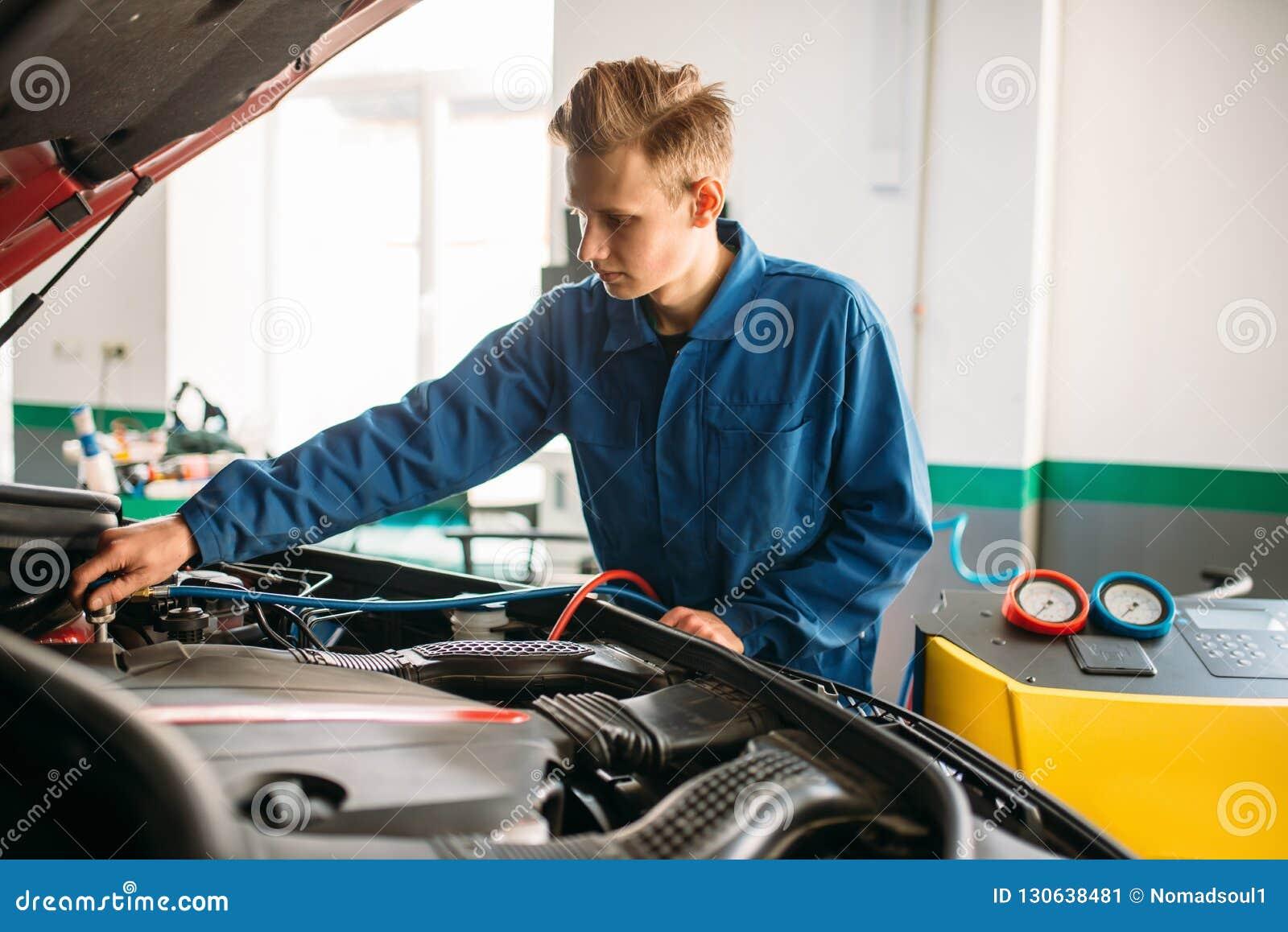 Le mécanicien relie le dispositif de climatisation