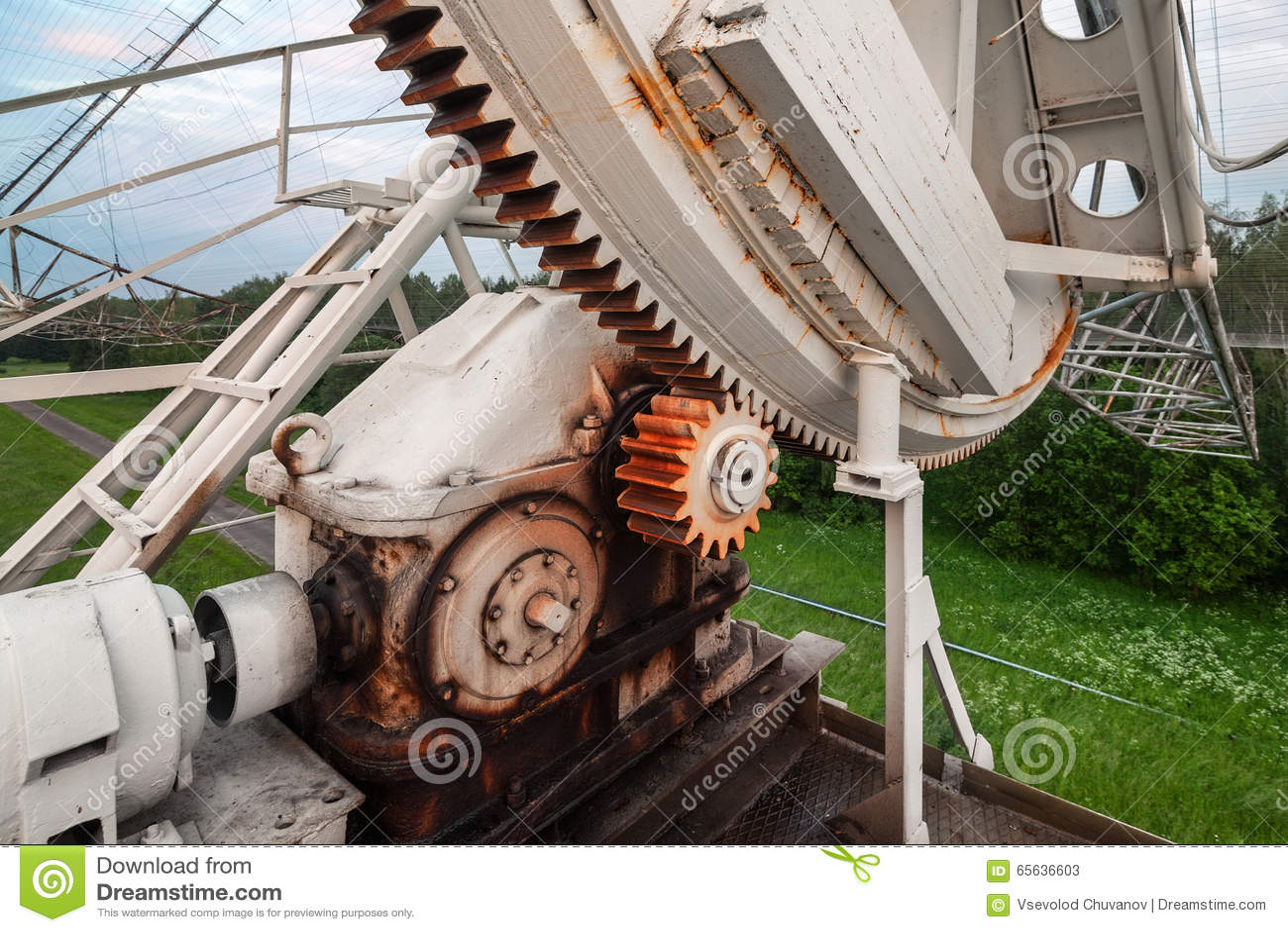 Le mécanisme de rotation du radiotelescope russe pour étudier des pulsars Foyer sur le mécanisme de vitesse