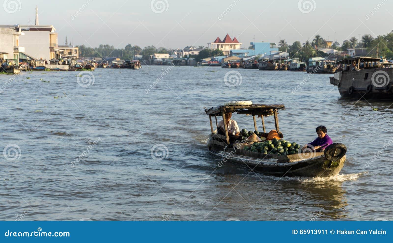 Le Mékong, Vietnam - 29 novembre 2015 : Delta du Vietnam, le Mekong Bateau sur le marché de flottement traditionnel