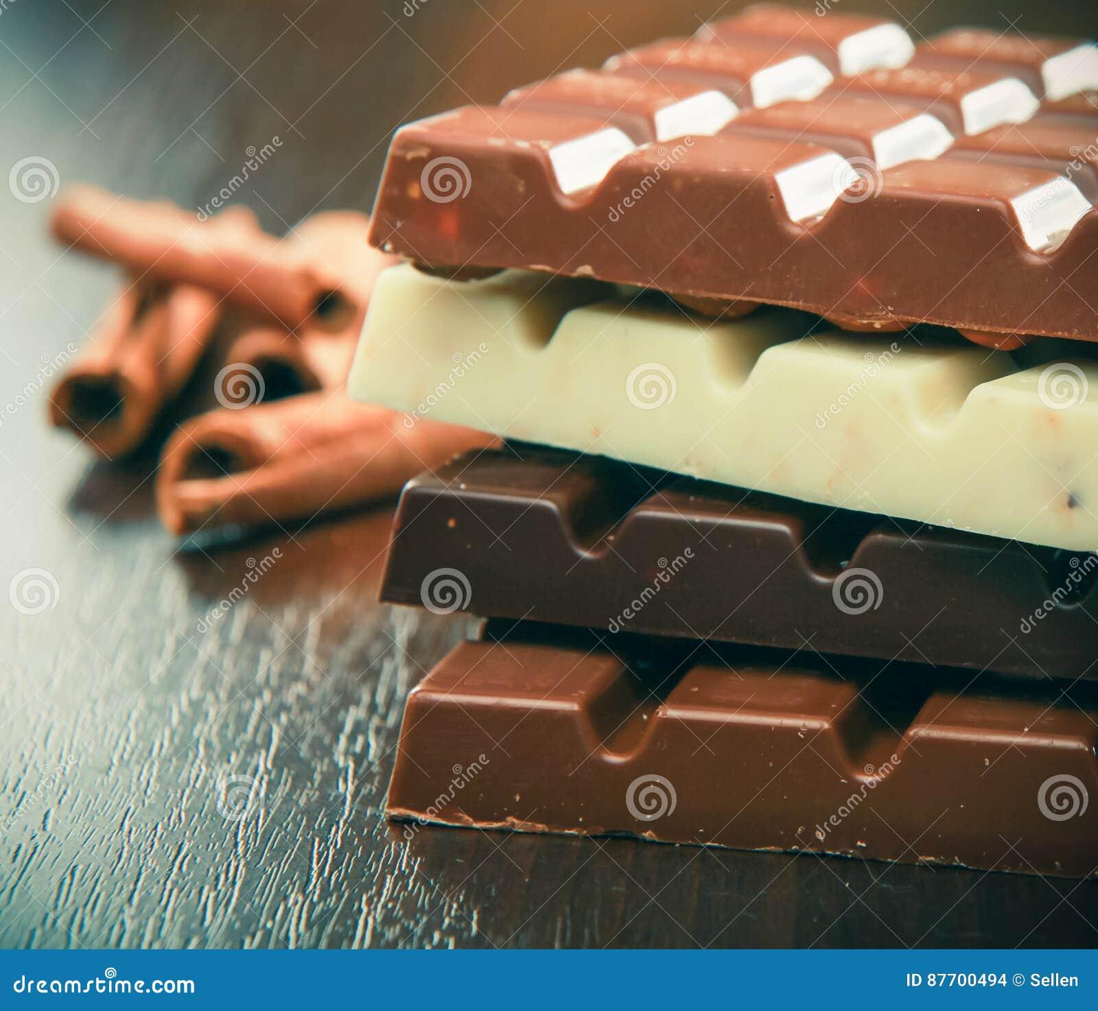 Le mélange du chocolat rapièce sur la table, plan rapproché
