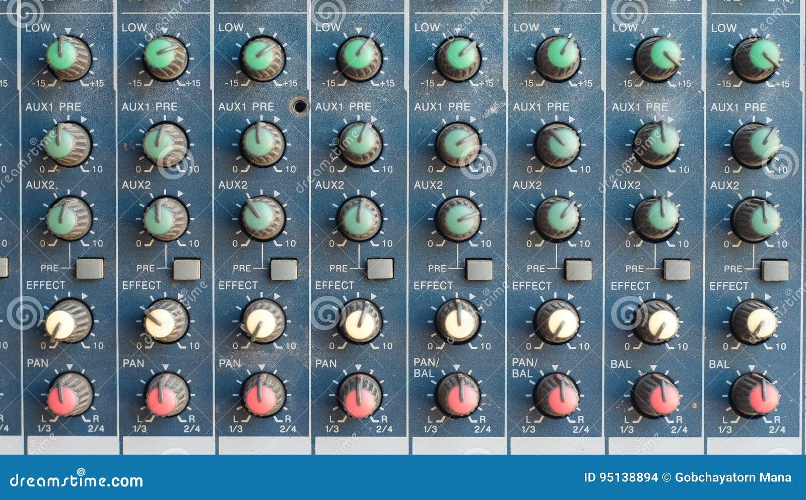 Le mélangeur pour l ingénieur du son avec beaucoup se boutonnent pour s ajuster