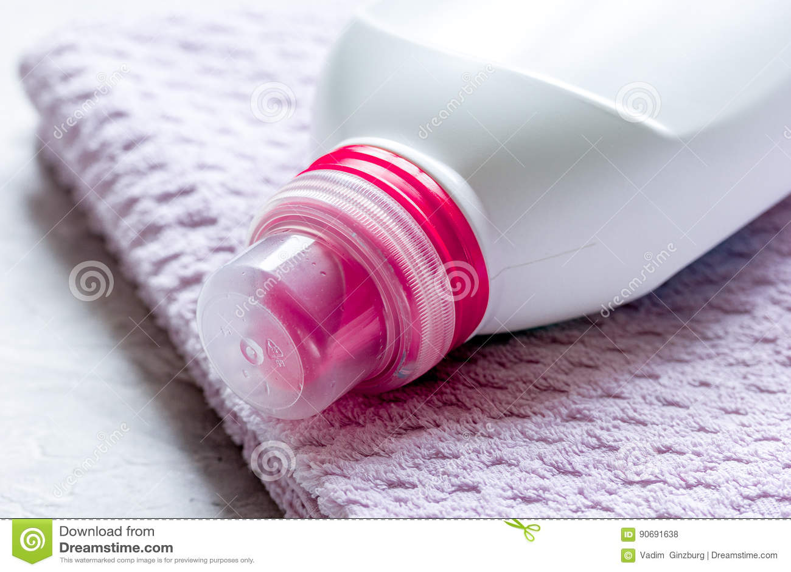 Le ménage a placé avec des serviettes et des bouteilles en plastique dans la blanchisserie sur le fond en pierre