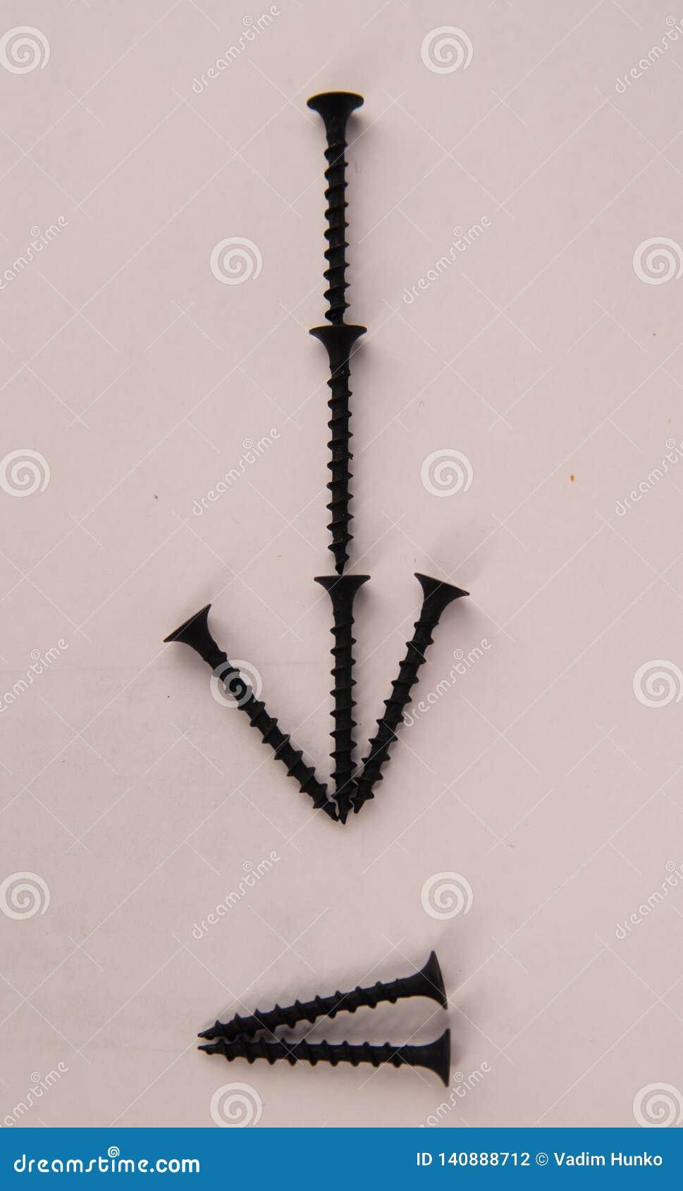Le métal visse avec la flèche sur le fond blanc