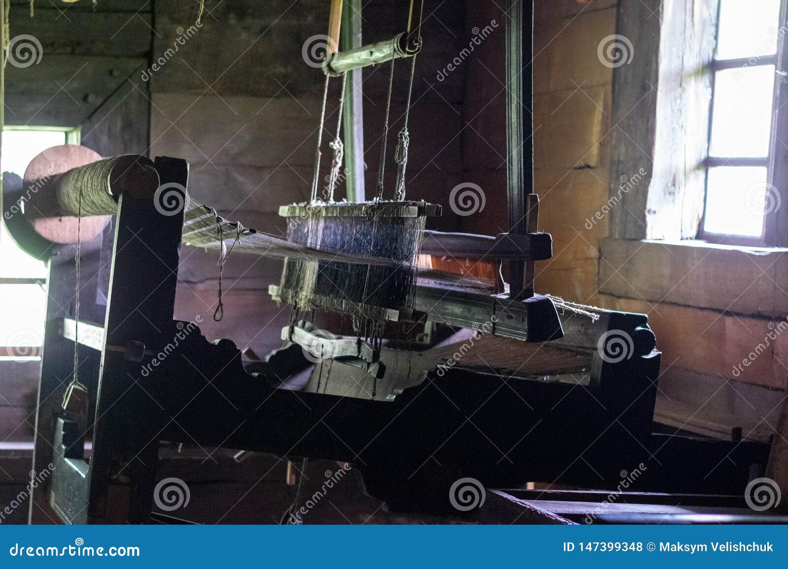 Le métier à tisser de tissage antique dans un intérieur d une hutte en bois de rondin