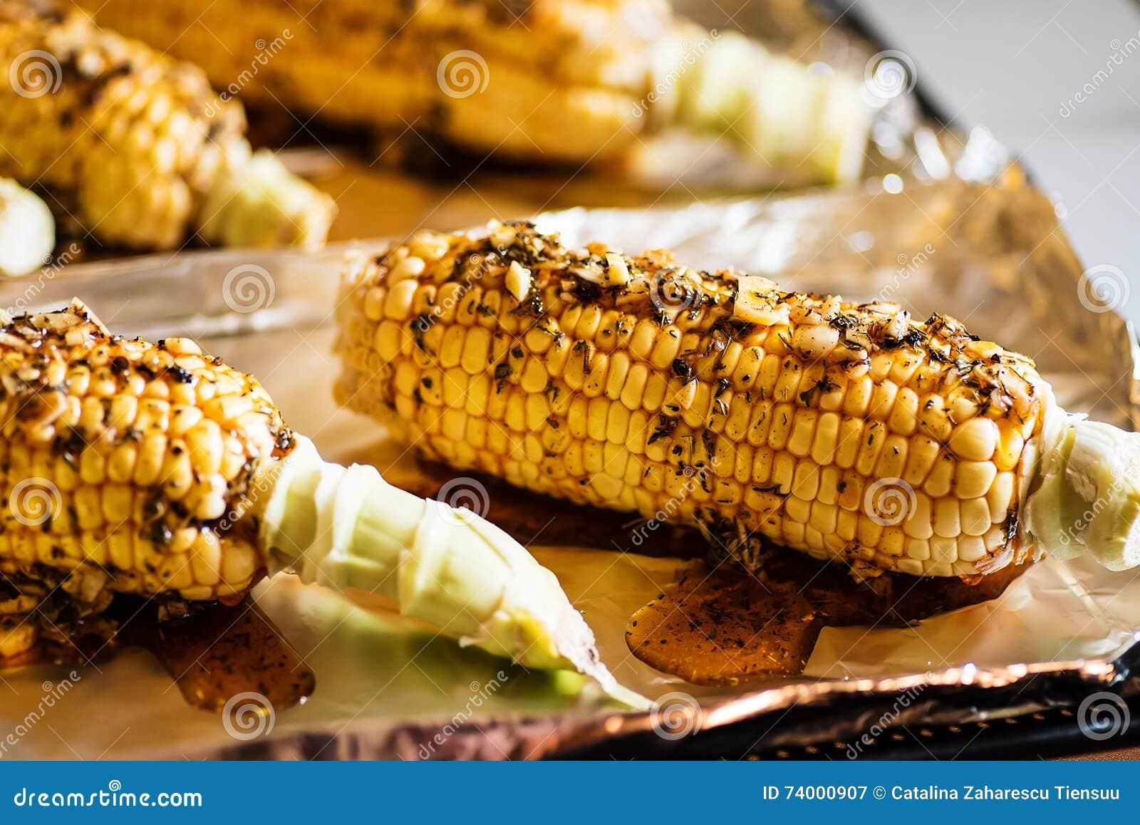 Le maïs cru avec les herbes et le paprika fumé s est préparé à la cuisson