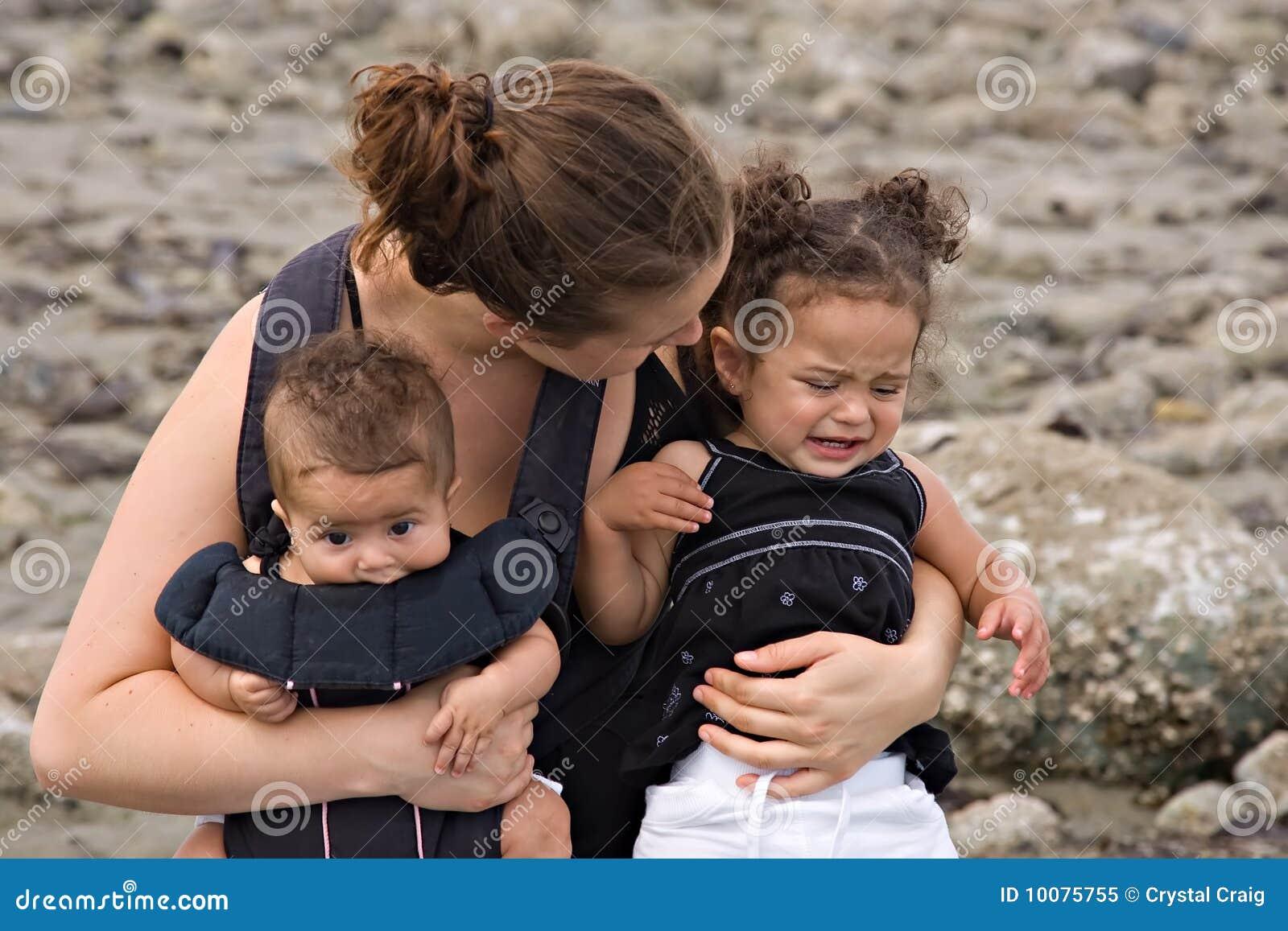 Le madre single si occupano di capriccio di temperamento