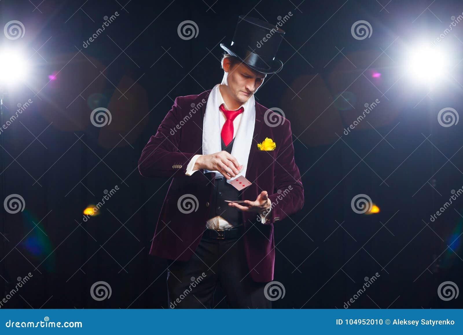 Le magicien, homme de jongleur, personne drôle, magie noire, apparence d homme d illusion dupe avec des cartes