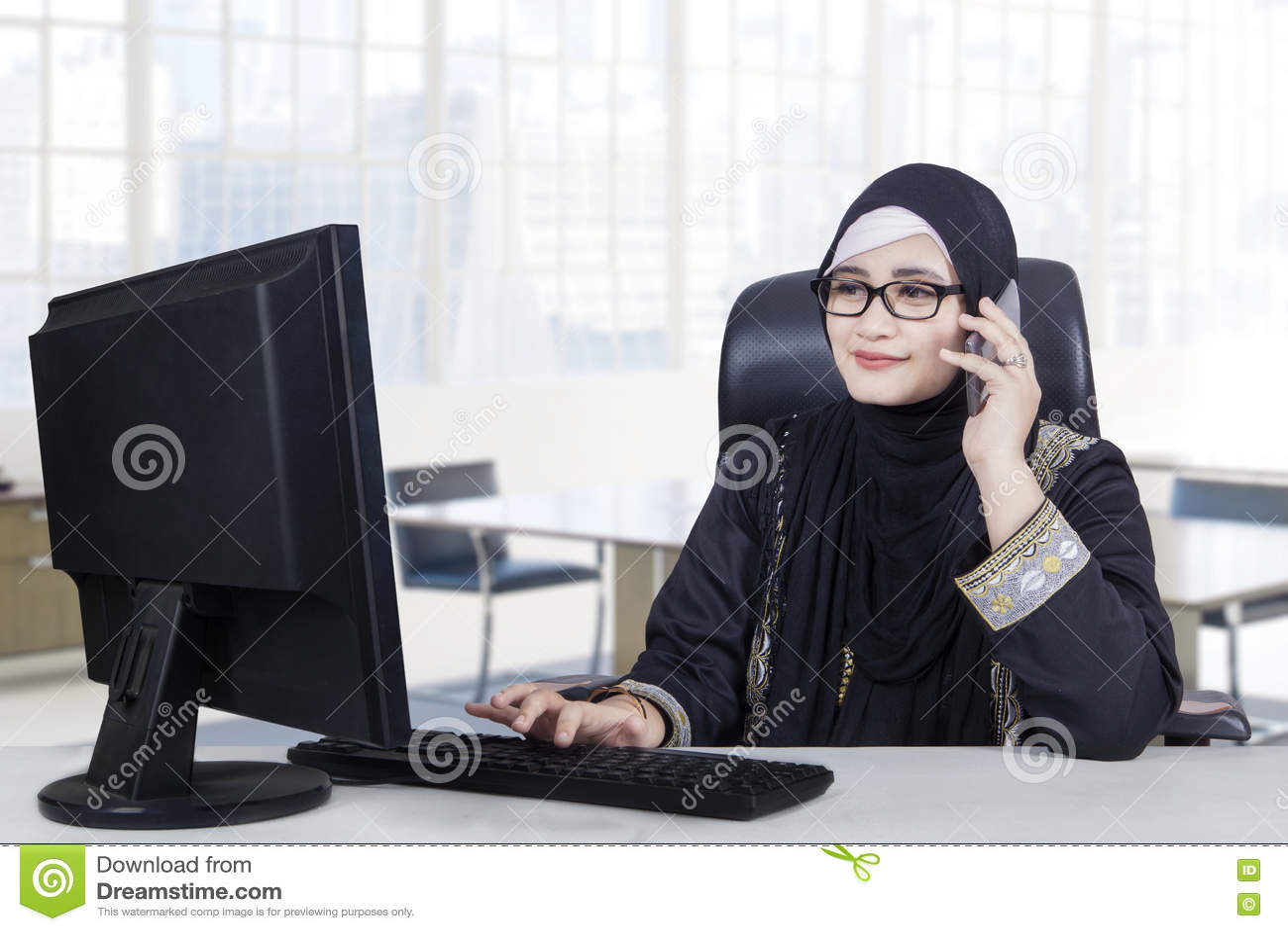 Le main d œuvre féminine arabe travaille dans le bureau photo