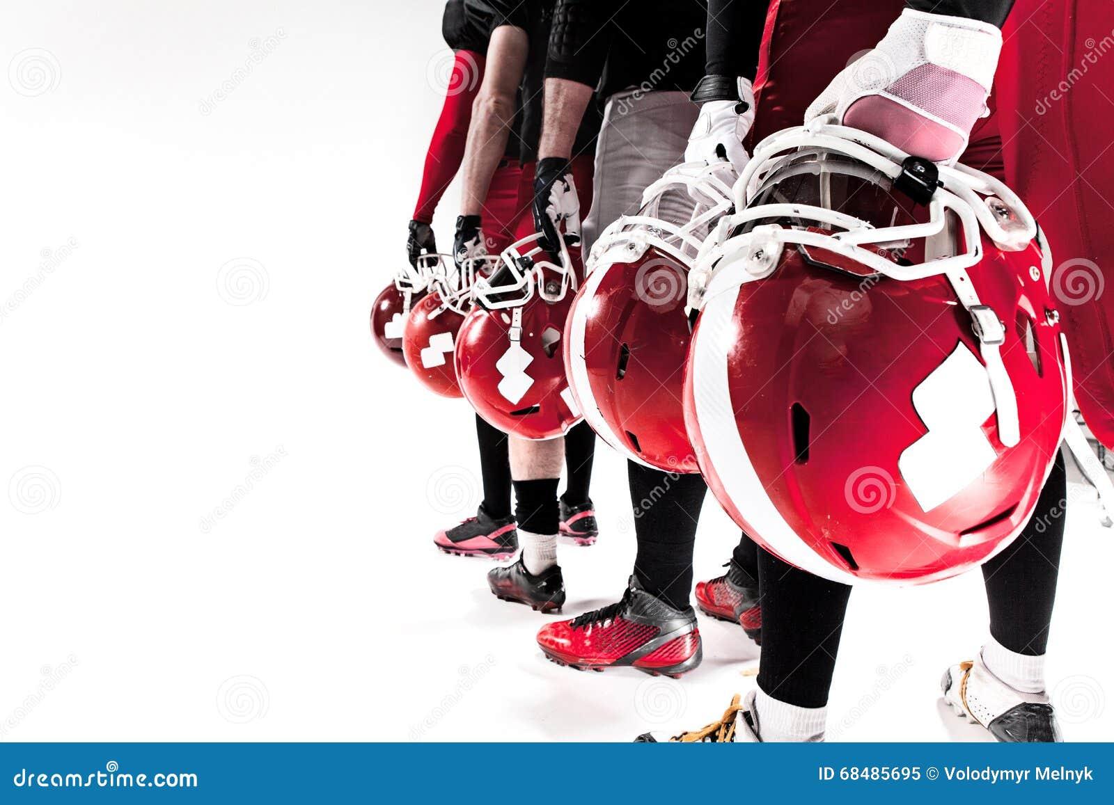 Le mani dei giocatori di football americano con i caschi su fondo bianco