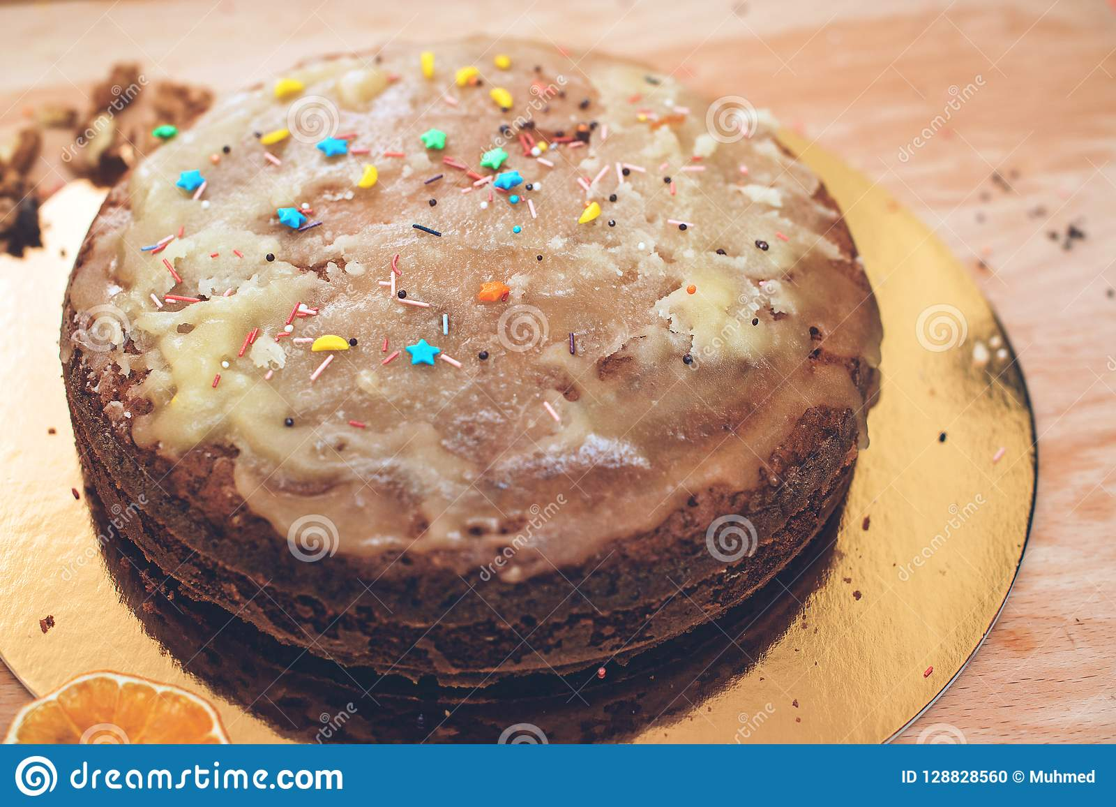 Le mani del bambino spruzzano il dolce casalingo Cuocia la torta deliziosa nella cucina Dolce sano e casalingo