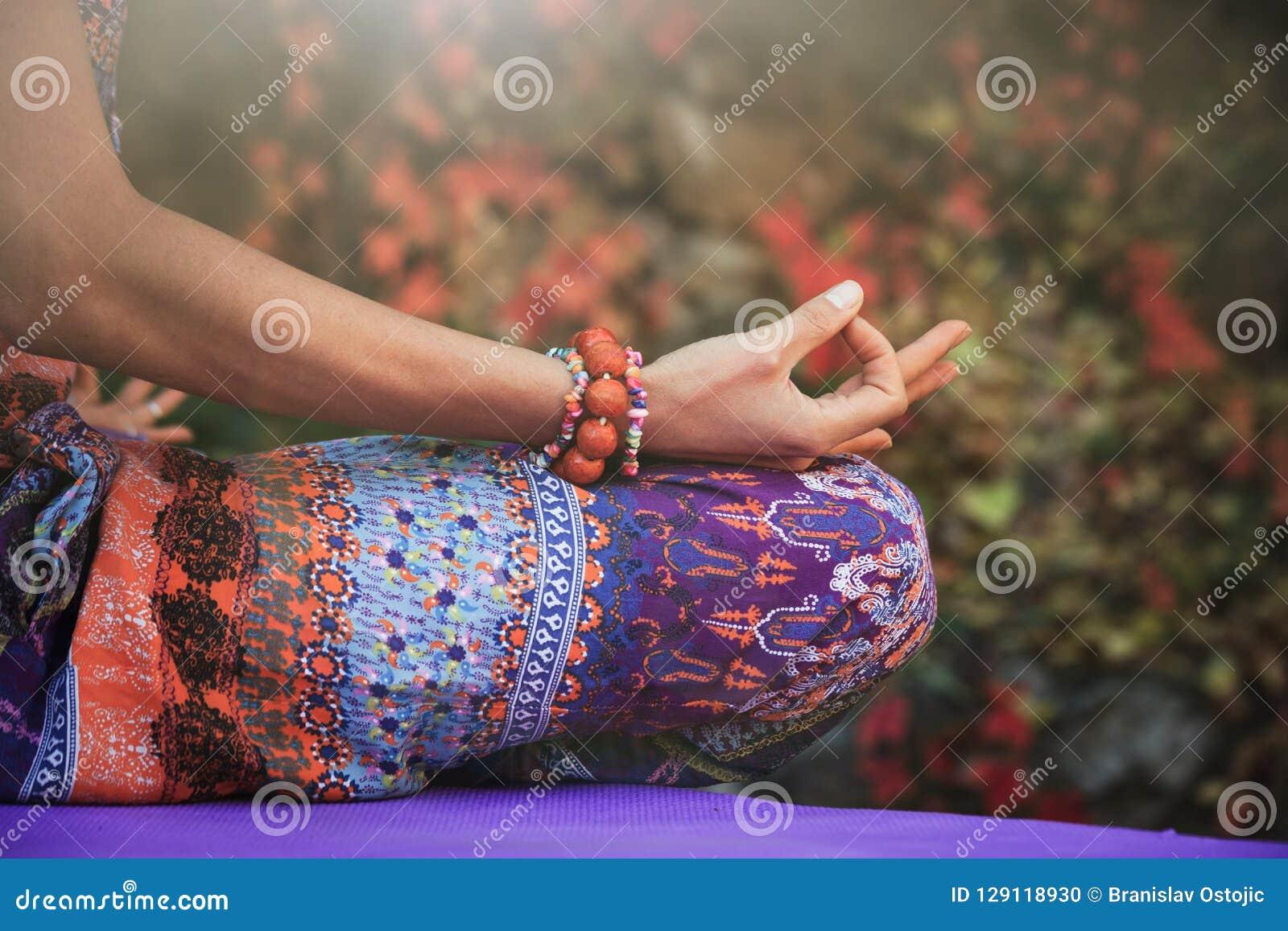Le mani di meditazione di yoga di pratica della donna in mudra gesture il ou del primo piano