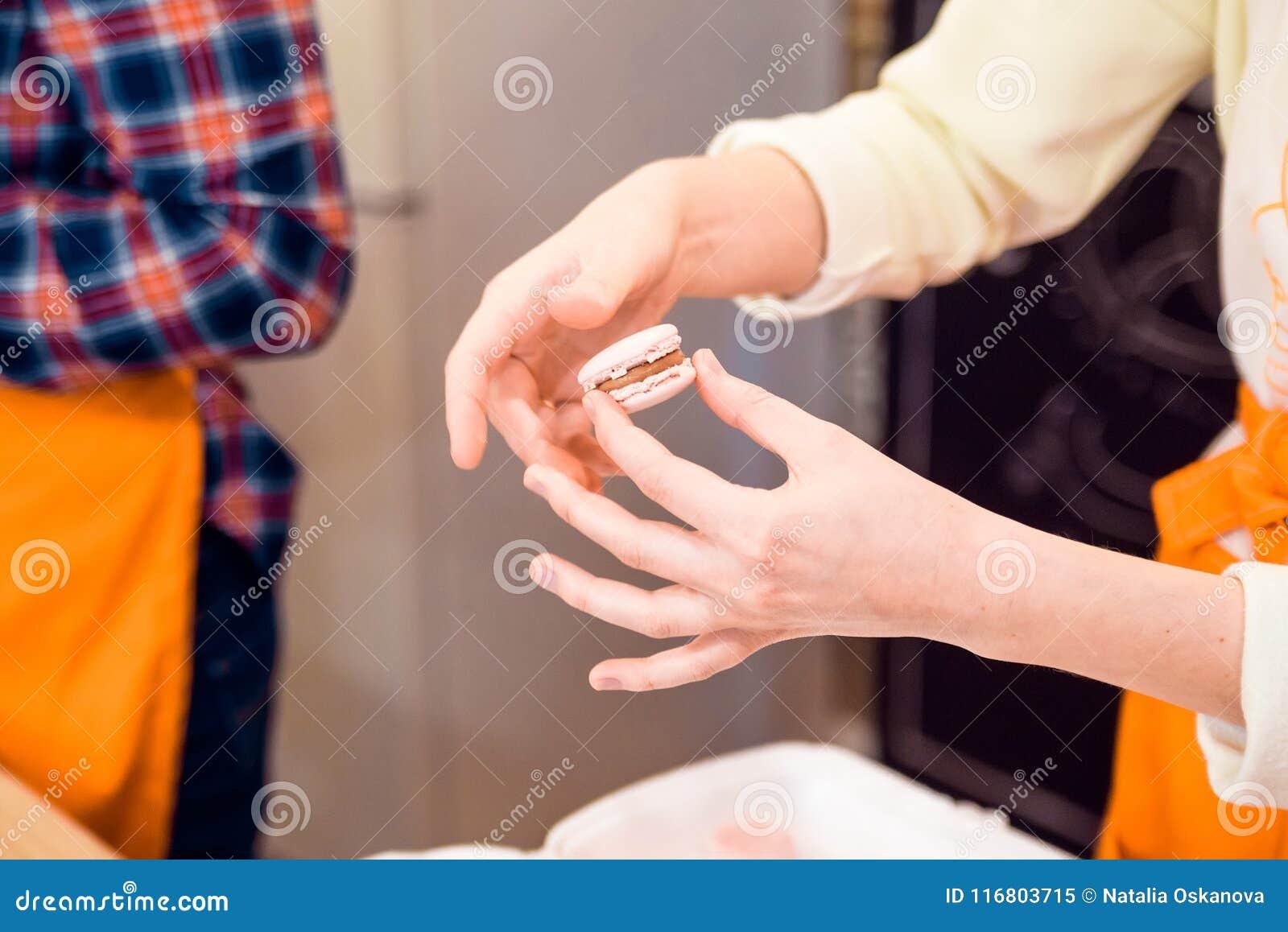 Le mani femminili hanno un il macaron francese