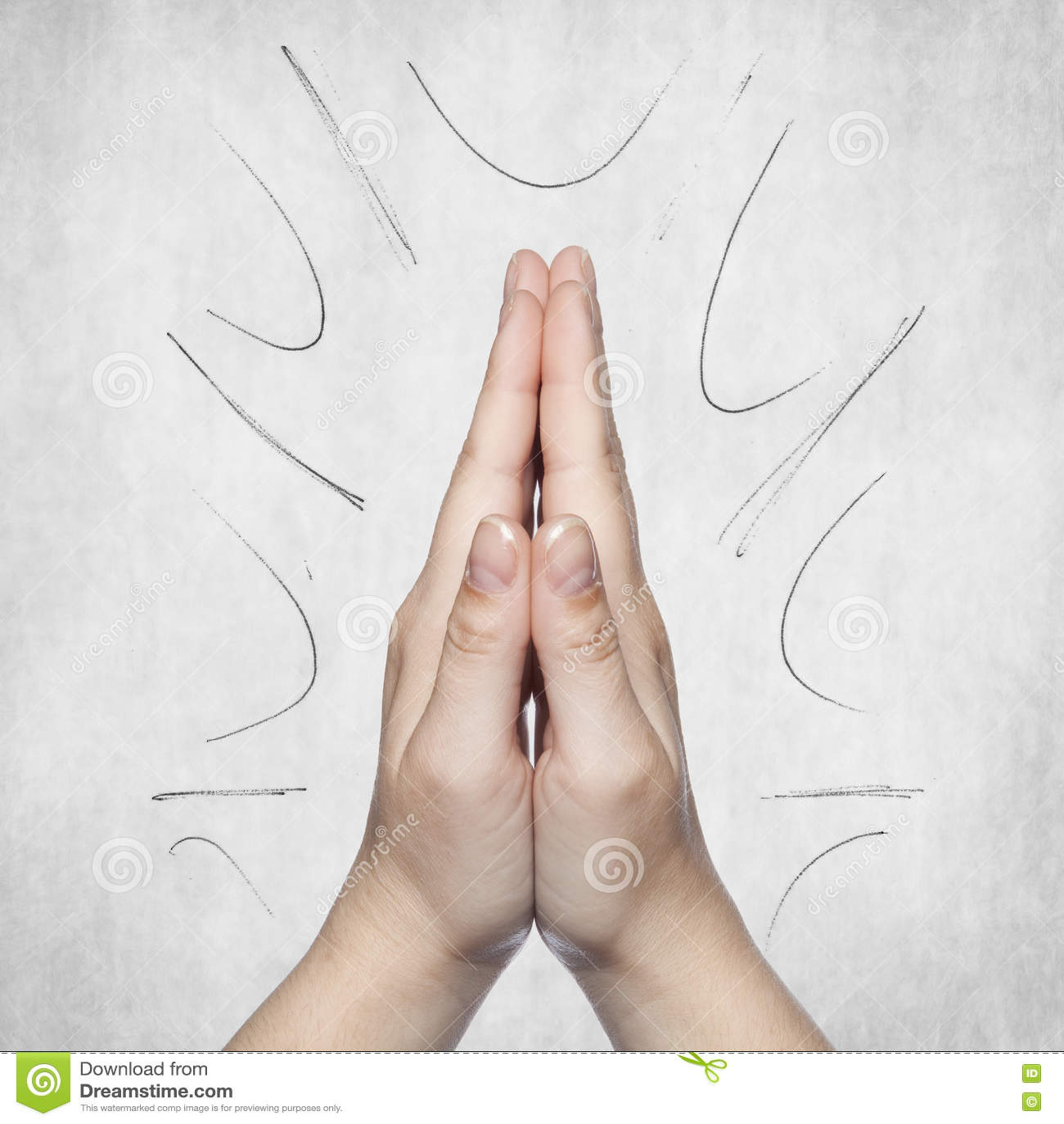 Le mani hanno piegato nella benedizione, fondo grigio, spazio della copia