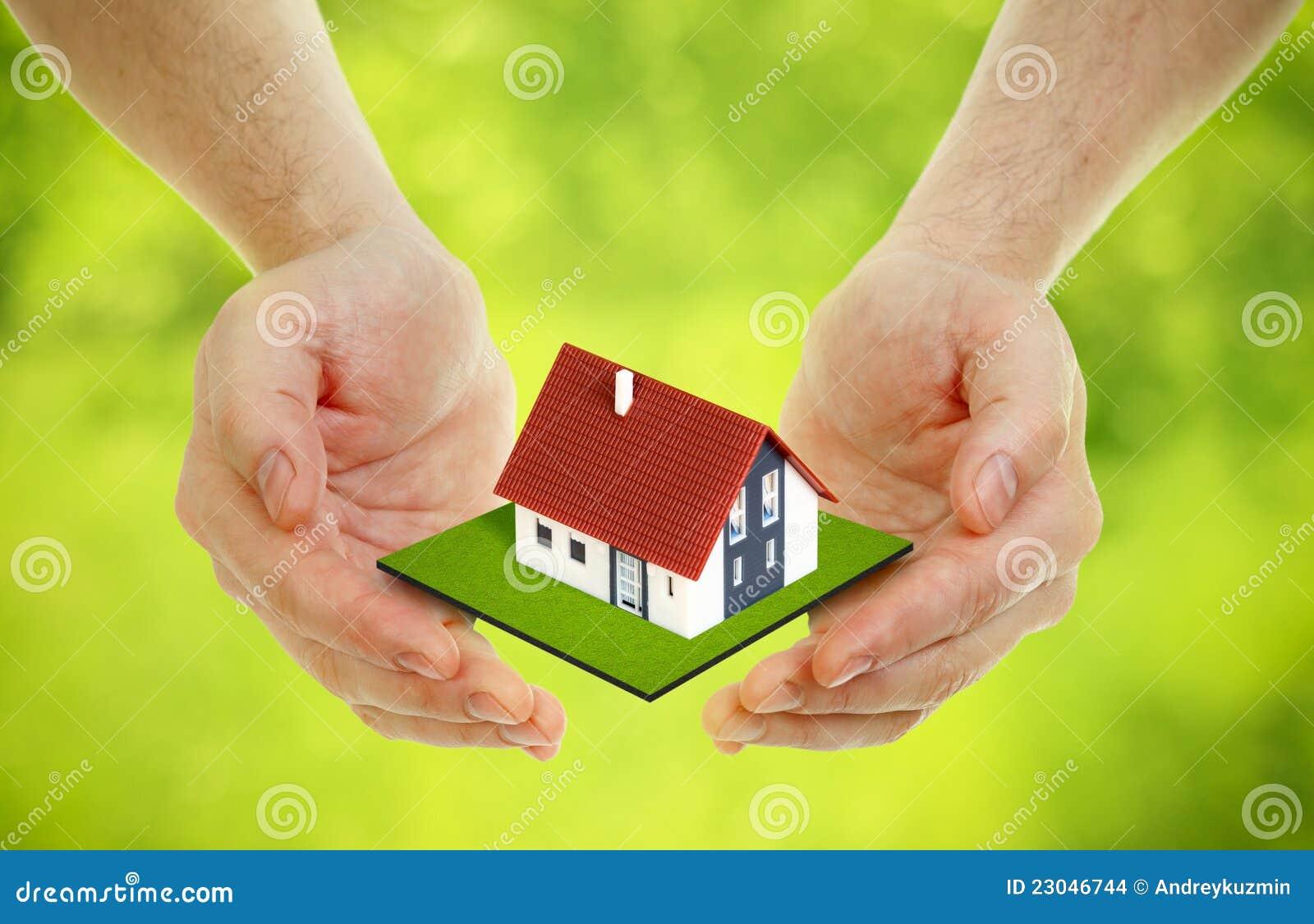 Le mani porta la piccola casa fotografia stock immagine for Apri le foto di case di concetto