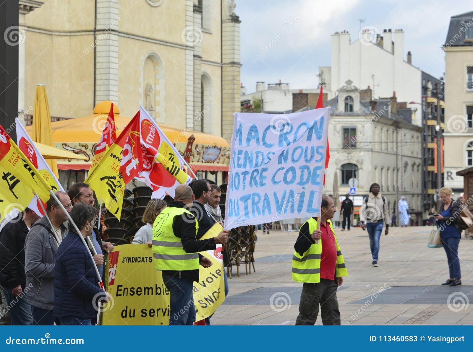LE MANS FRANCJA, PAŹDZIERNIK, - 19, 2017: Ludzie demonstrują podczas strajka przeciw nowym prawom