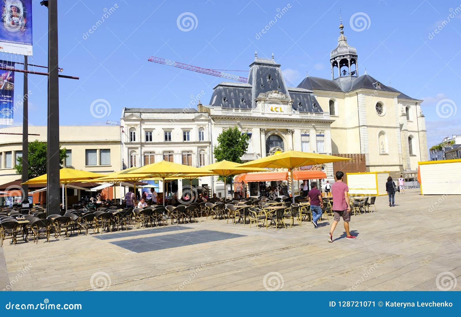 LE MANS, FRANKRIJK - Augustus 18, 2018: Oude straat en restaurants in stadscentrum van Le Mans frankrijk