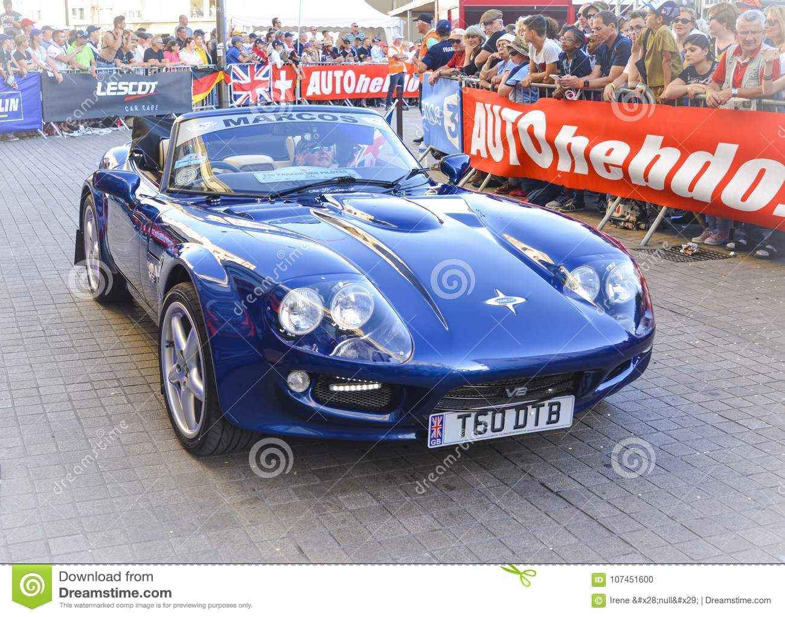 LE MANS, FRANKRIJK - JUNI 16, 2017: De sportwagen Marcos is Engelse auto wordt voorgesteld bij de parade van loodsen die 24 uren