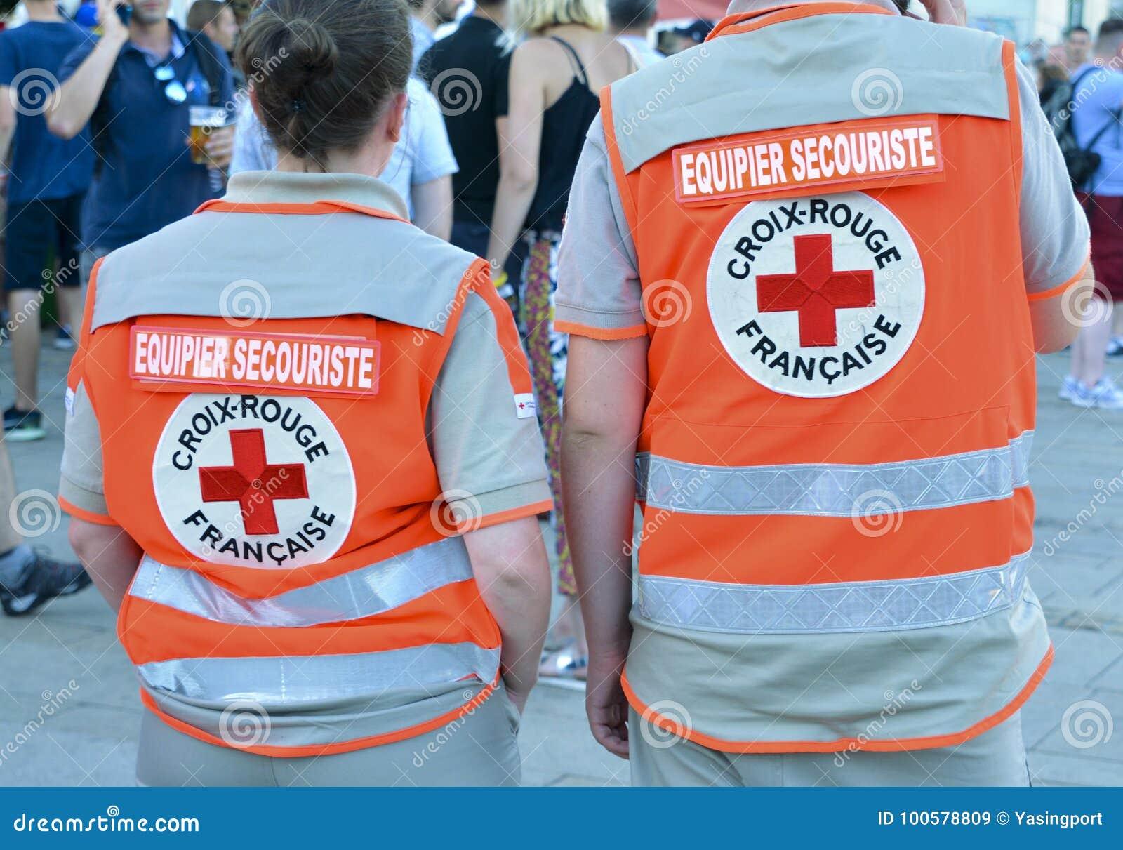 LE MANS, FRANKRIJK - JUNI 16, 2017: Terug van twee mensen die in de Franse Rode Crossa-partners van het eerste hulpteam in Frankr