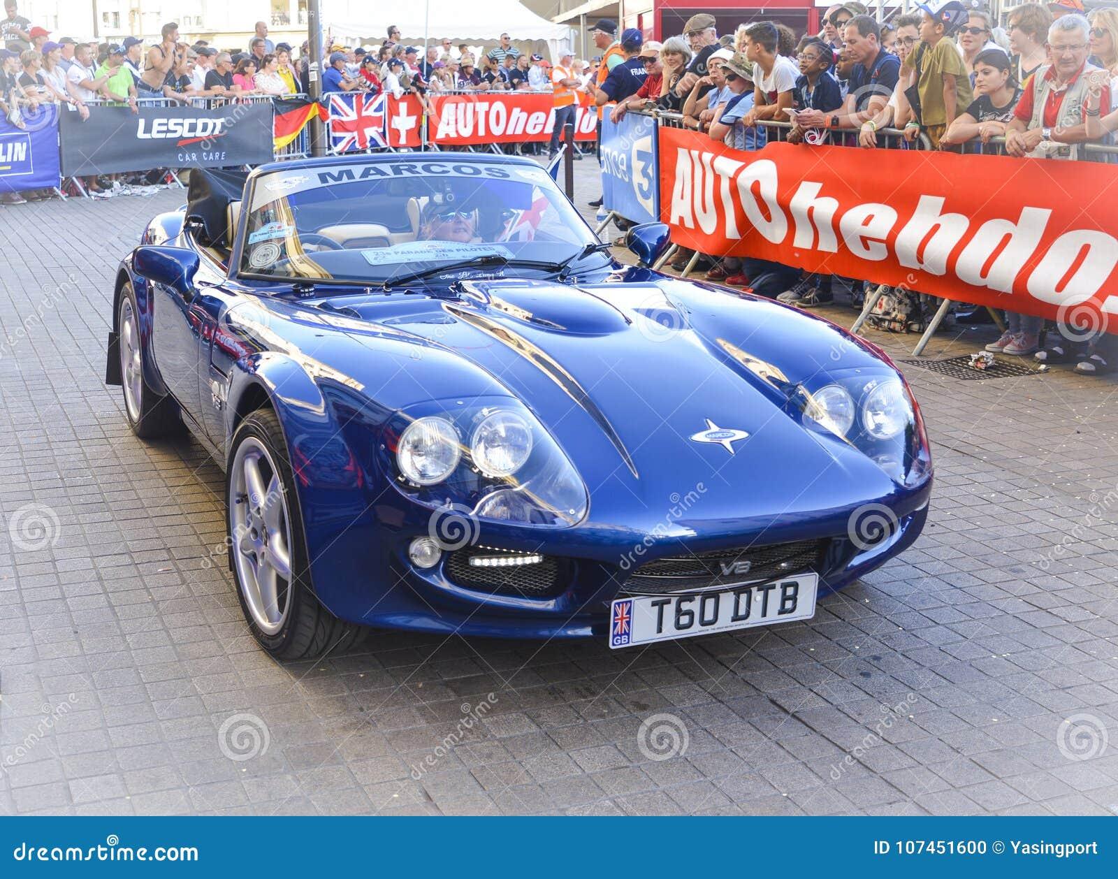 LE MANS FRANKRIKE - JUNI 16, 2017: Sportbilen Marcos är den engelska bilen framläggas på ståta av piloter som springer 24 timmar