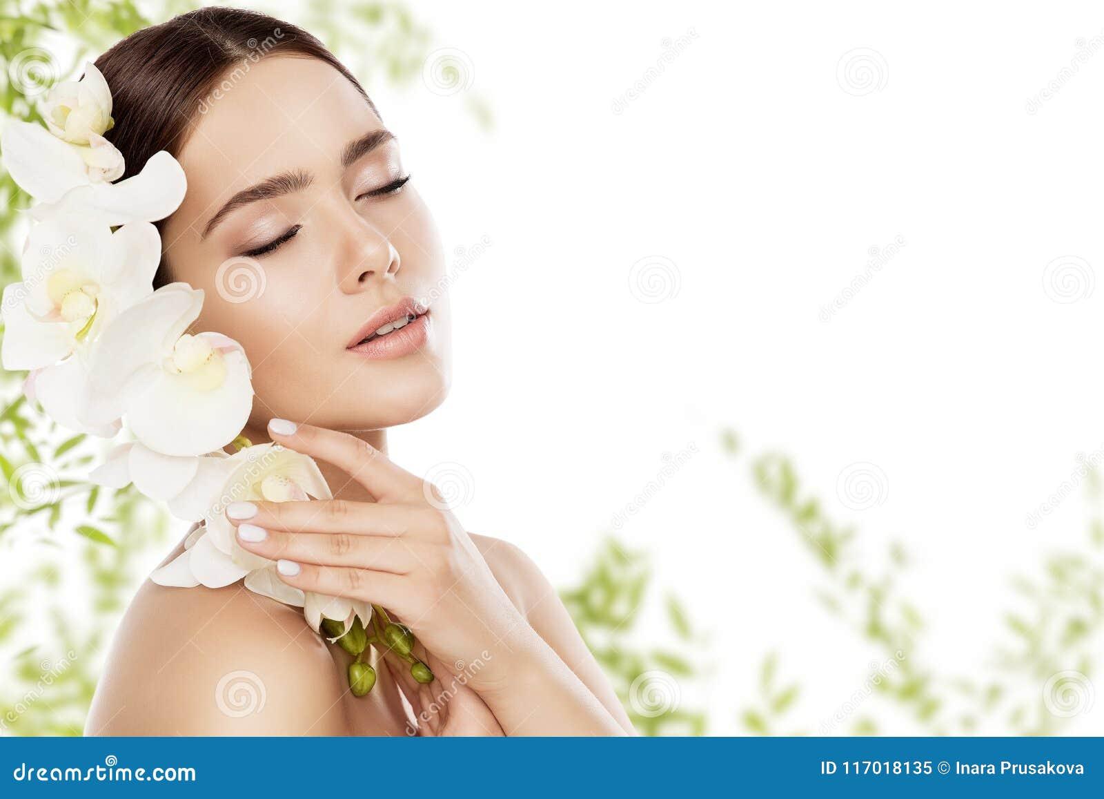 Le maquillage de soins de la peau et de visage de beauté, soins de la peau de femme naturels composent