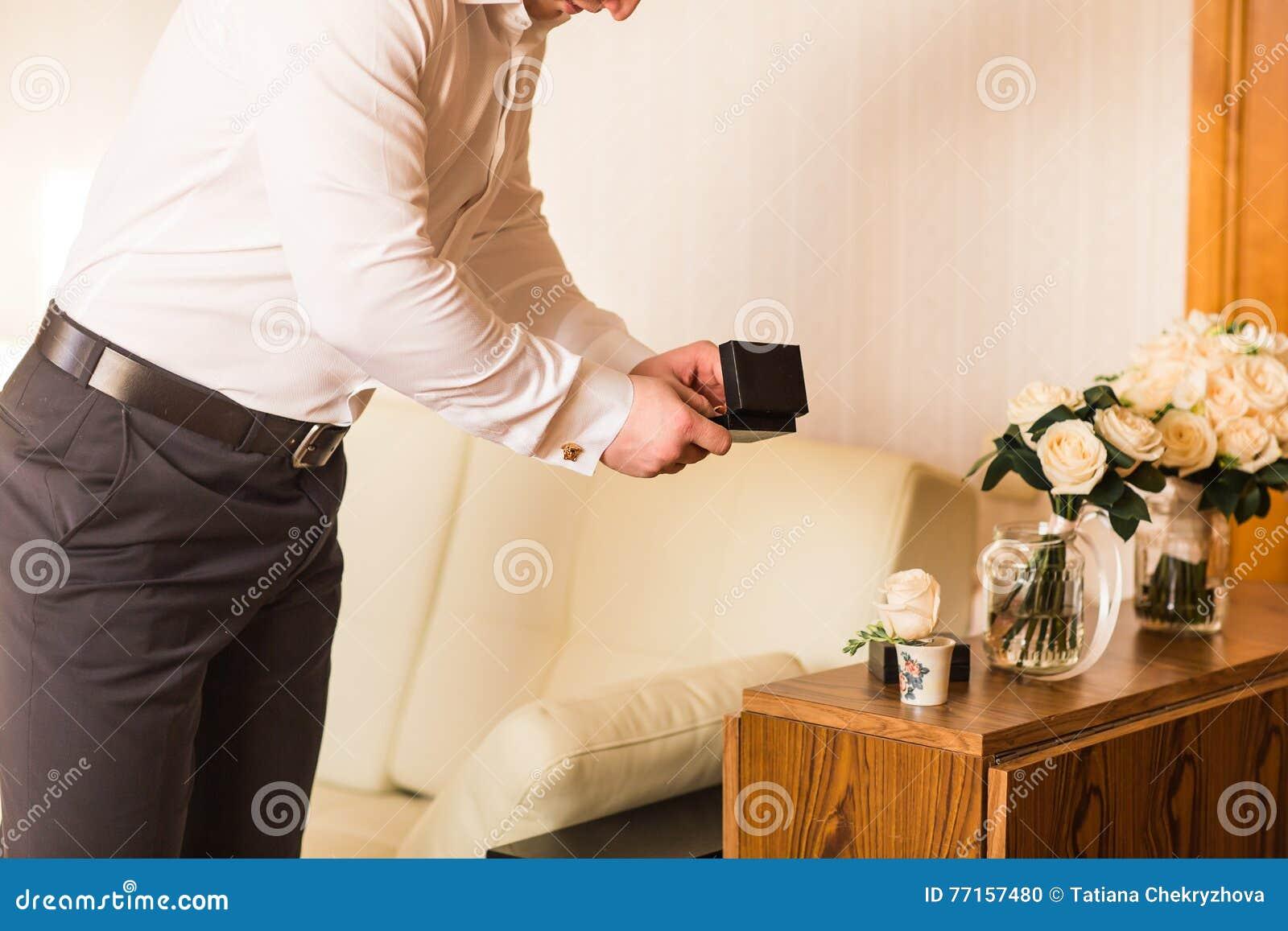 Le marié est prêt pour son jour du mariage