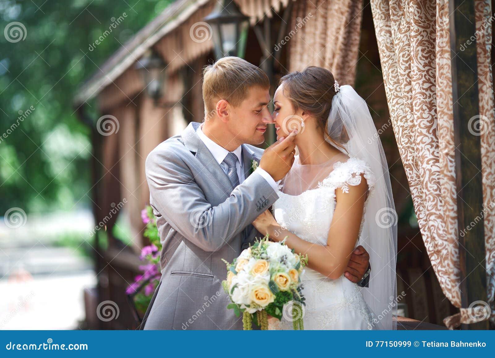 Le marié et la fiancée préparent au baiser
