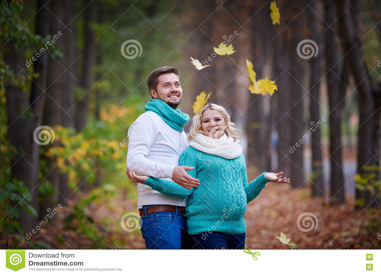 Le mari et l épouse enceinte marchent en parc d automne