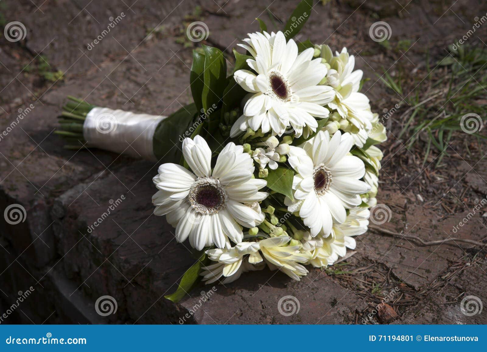 le mariage fleurit le bouquet avec les fleurs blanches de. Black Bedroom Furniture Sets. Home Design Ideas