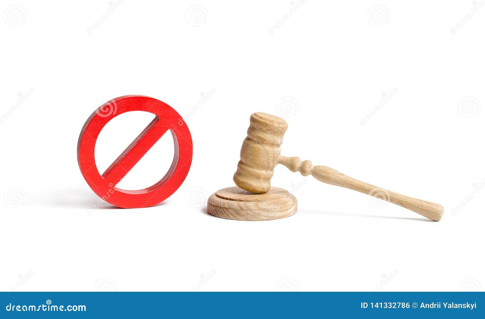 Le marteau et AUCUN symbole du juge sur un fond d isolement Le concept de l interdiction et des lois restrictives prohibitions