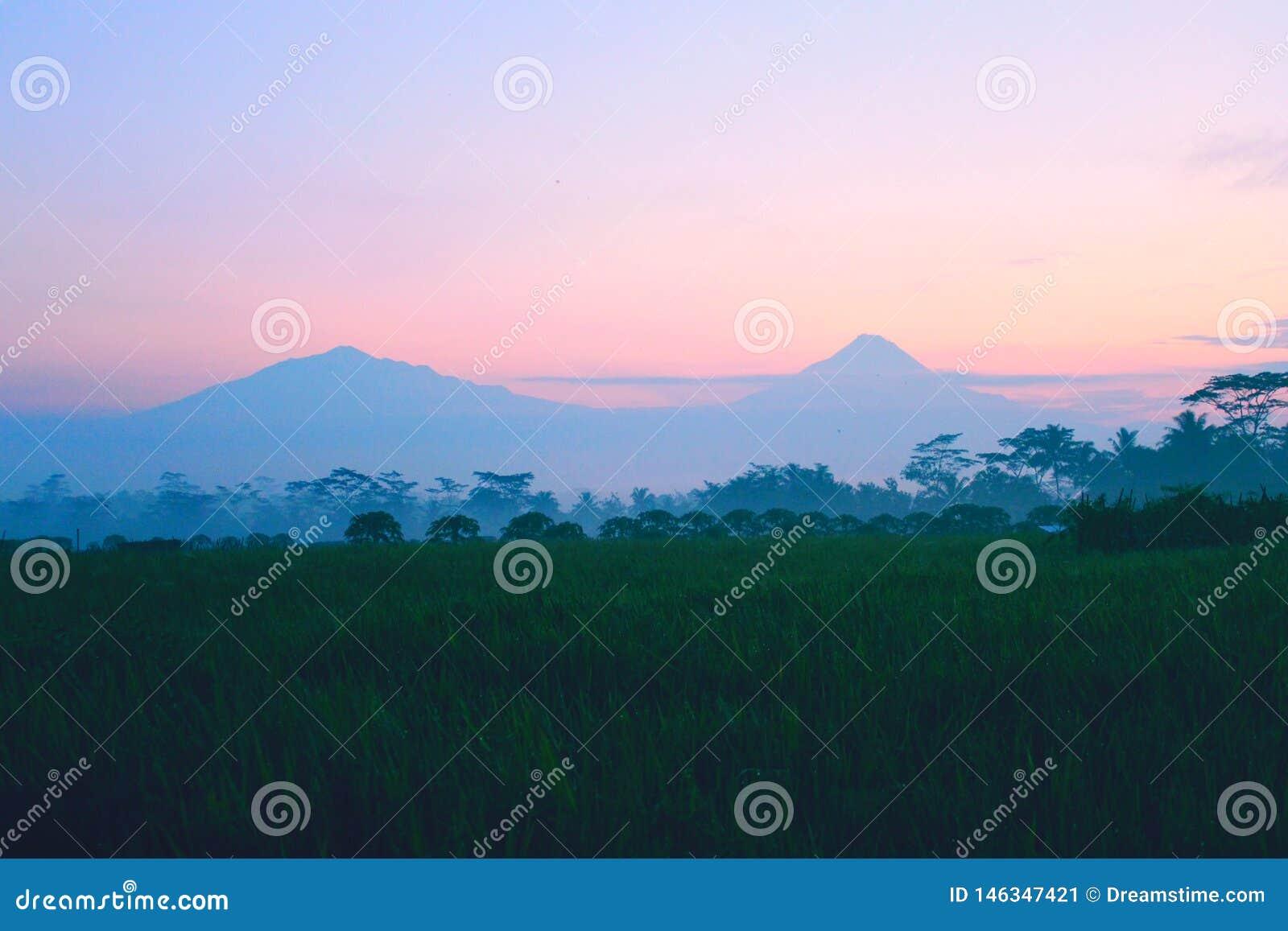 Le matin de lever de soleil est bon village