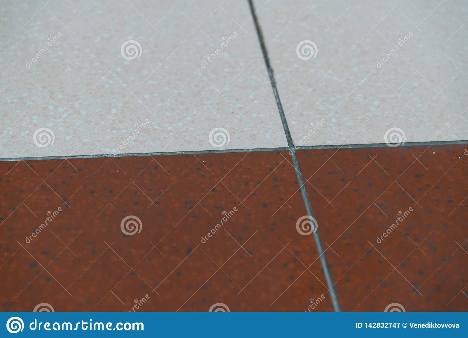 Le mattonelle del granito sono marroni e bianche sul pavimento come i precedenti Struttura di granito