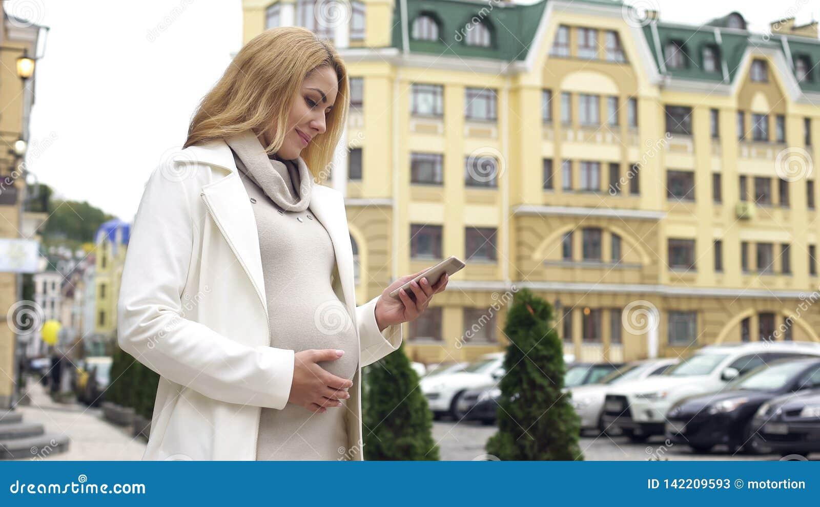 Le meddelandet för gravid kvinnaläsningtelefon, barnsbördapplikation som drömmer